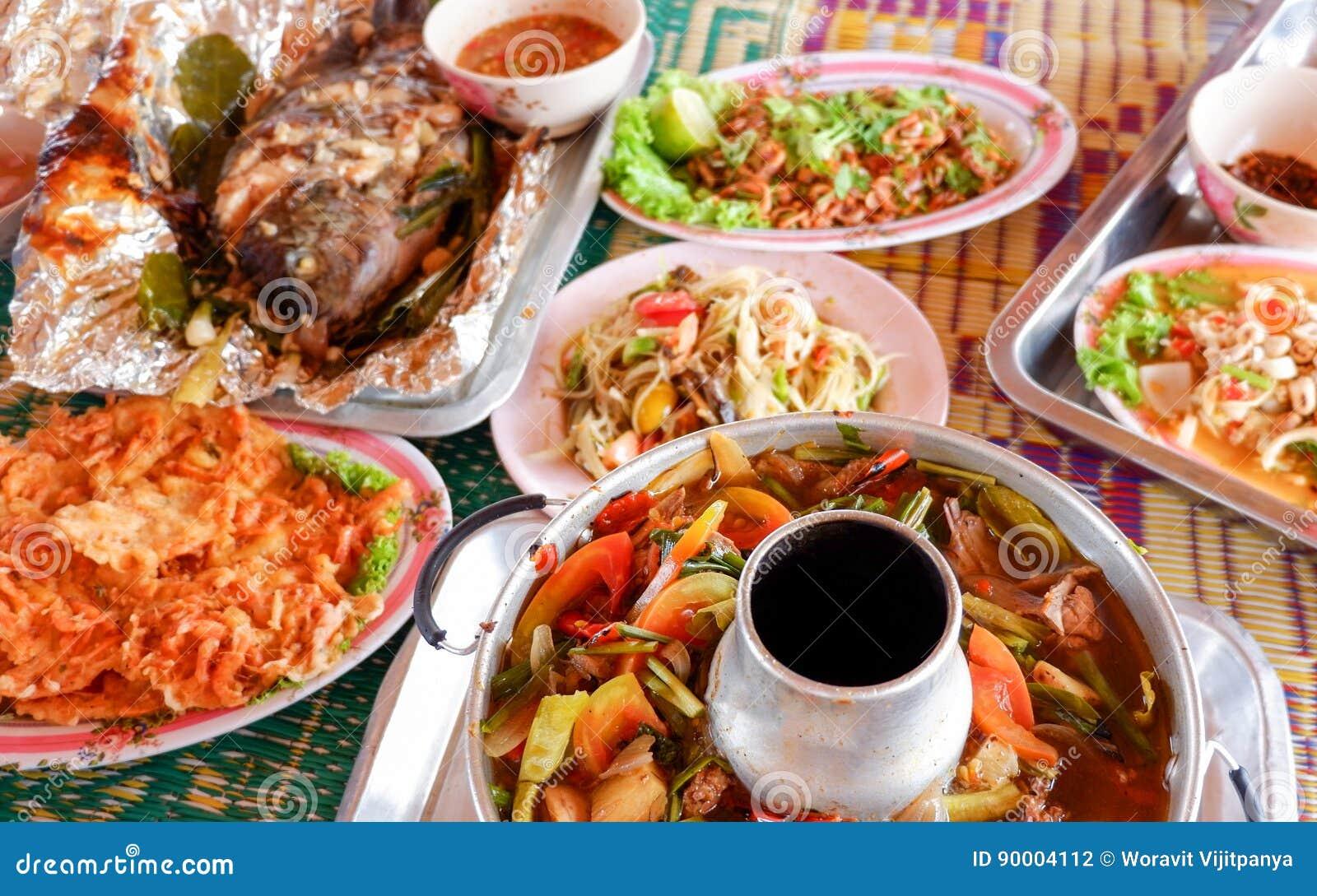 Nourriture thaïlandaise de soupe de papaye de salade chaude et aigre de poissons grillés