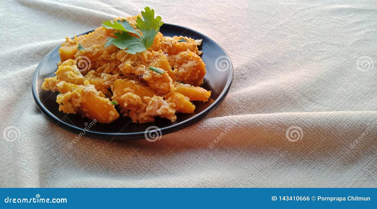 Nourriture thaïlandaise : Remuez le potiron frit avec l oeuf du plat noir