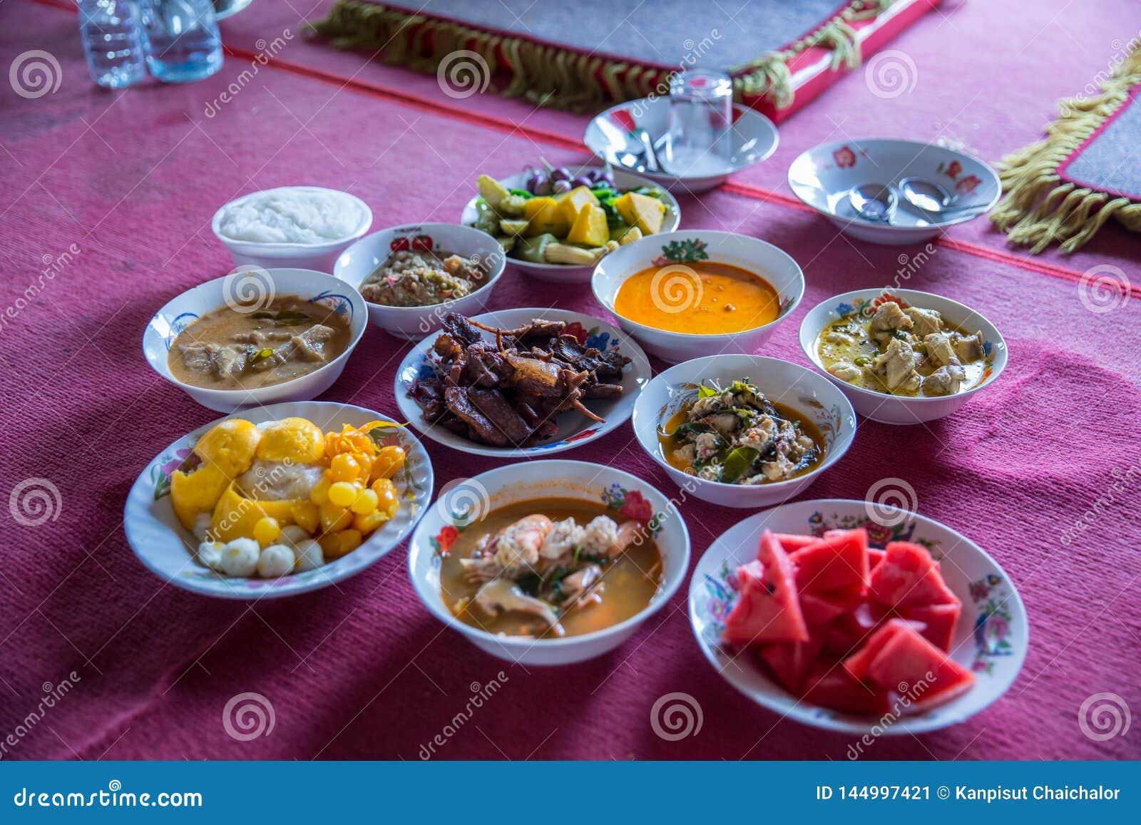 Nourriture tha?landaise du nord de tradition sur une table en bois, ensemble de menu populaire de nourriture tha?landaise