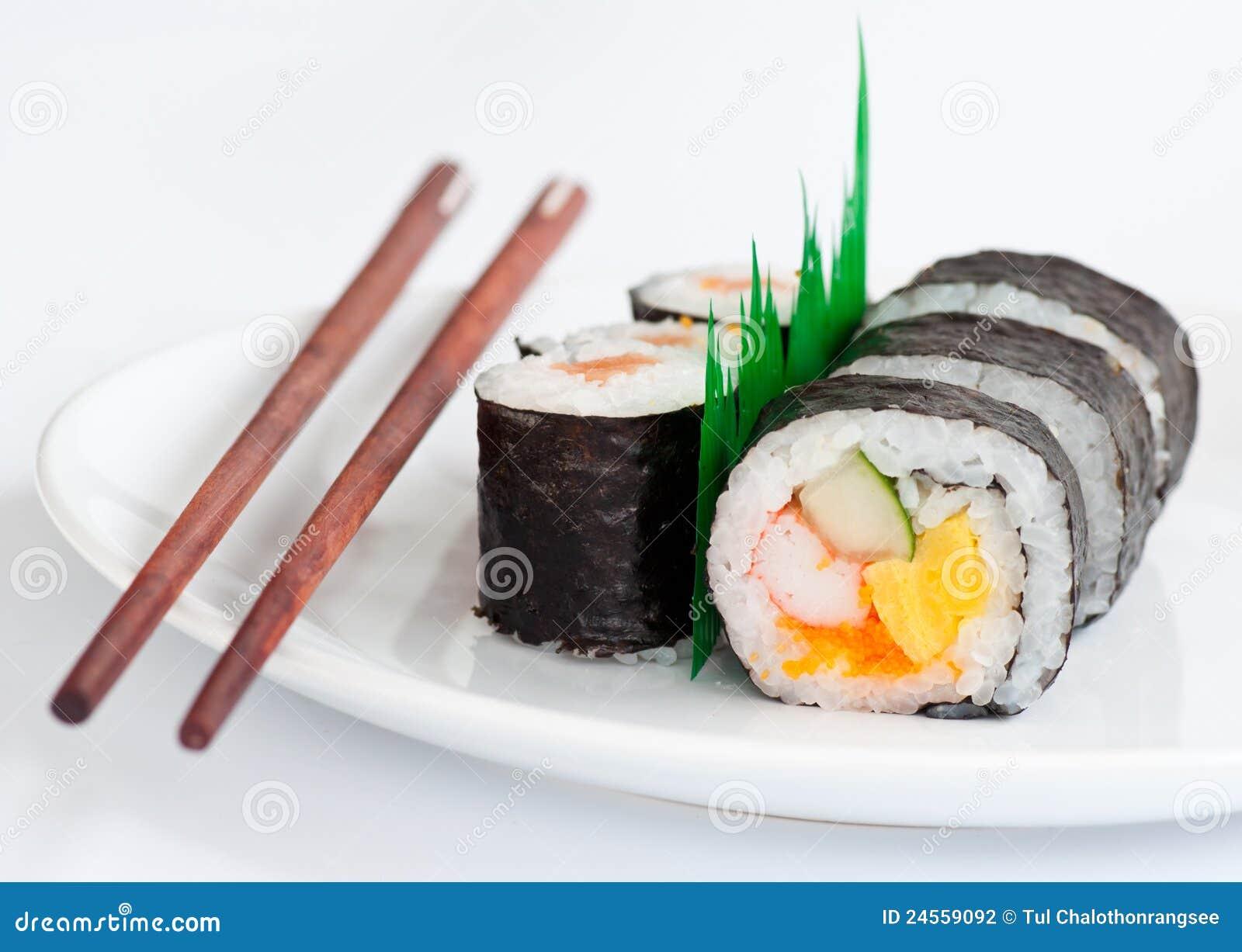 Nourriture traditionnelle de sushi japonais avec des for Poisson japonais nourriture