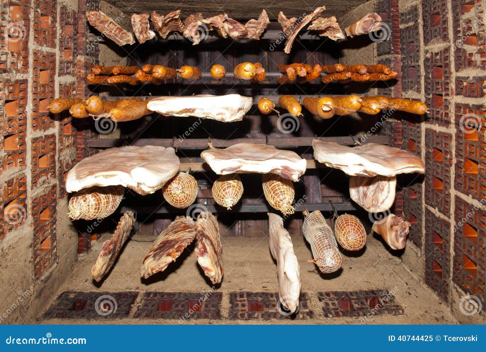 nourriture traditionnelle viande fum e accrochant dans le fumoir domestique image stock image. Black Bedroom Furniture Sets. Home Design Ideas