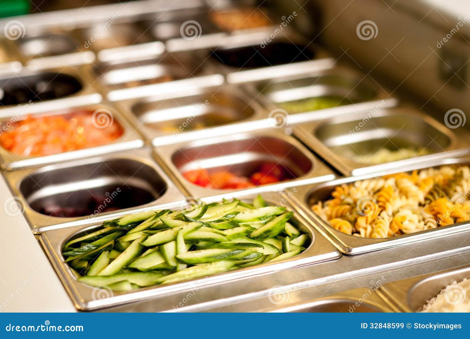 Nourriture végétarienne délicieuse dans des plateaux