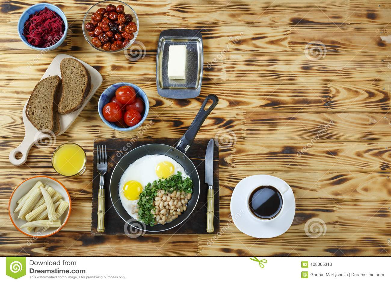 Nourriture végétarienne Divers plats de petit déjeuner végétarien et oeufs brouillés avec des haricots et verts sur une table en
