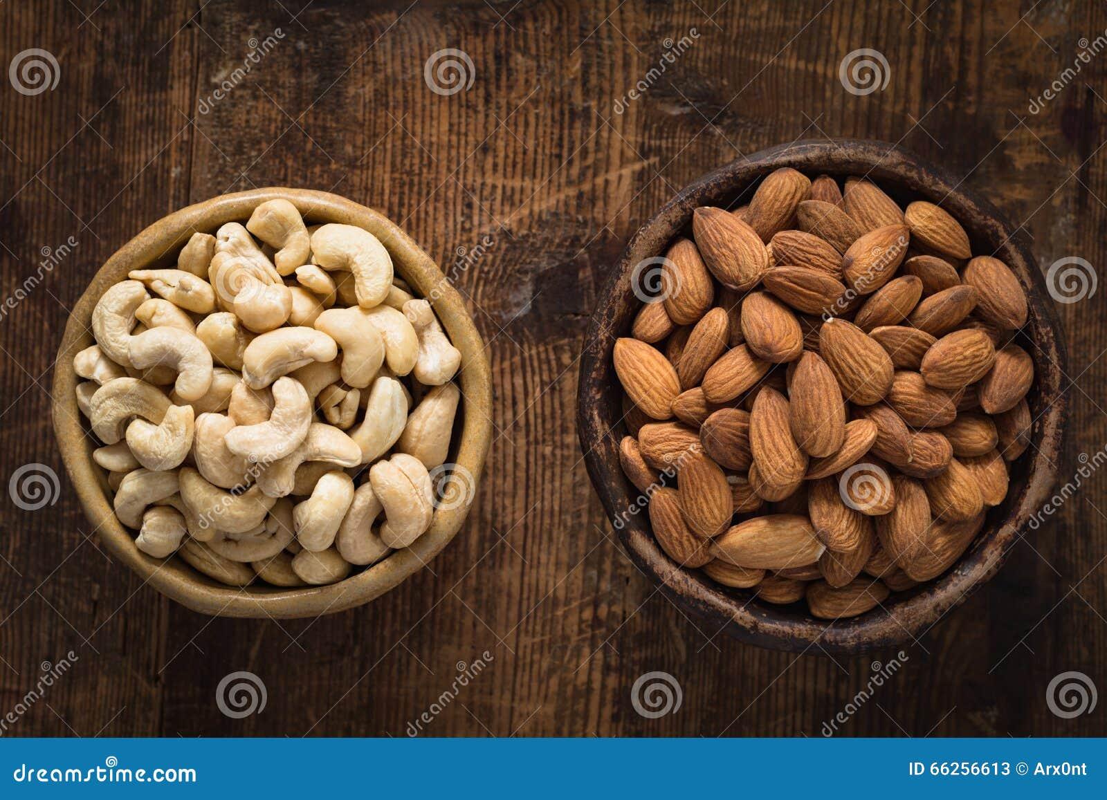 Nourritures saines : bol d anarcadiers et d amandes sur la table en bois