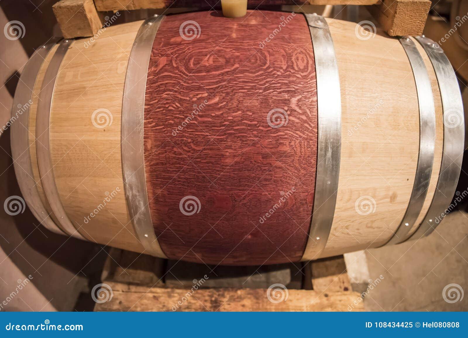 Nouveau baril de vin rouge dans la cave