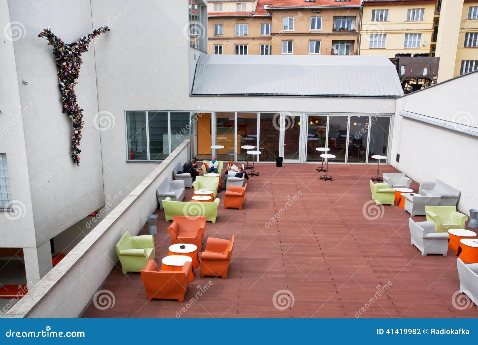 nouveau caf ext rieur de mus e d 39 art contemporain photographie ditorial image 41419982. Black Bedroom Furniture Sets. Home Design Ideas