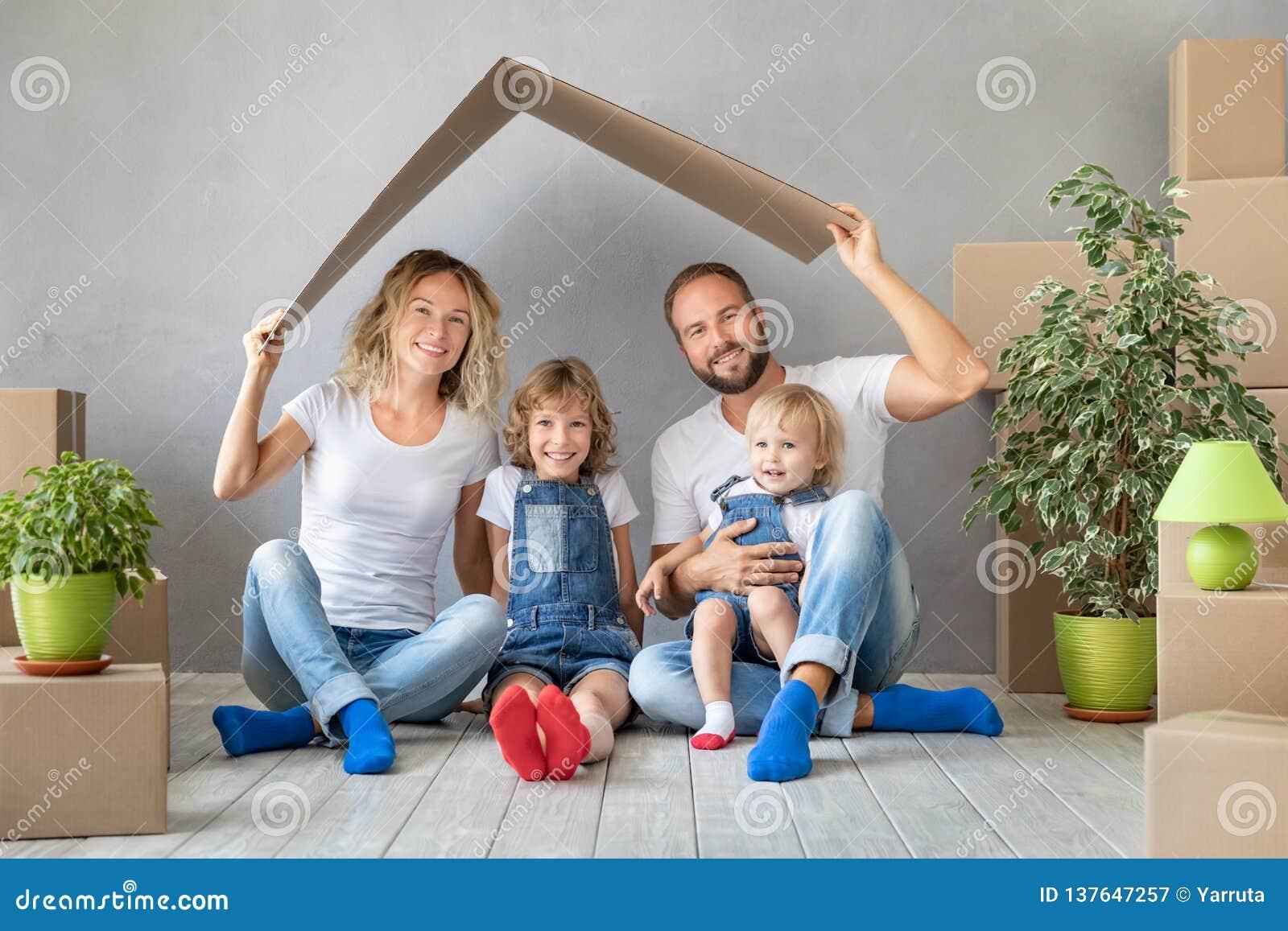 Nouveau concept mobile à la maison de Chambre de jour de famille