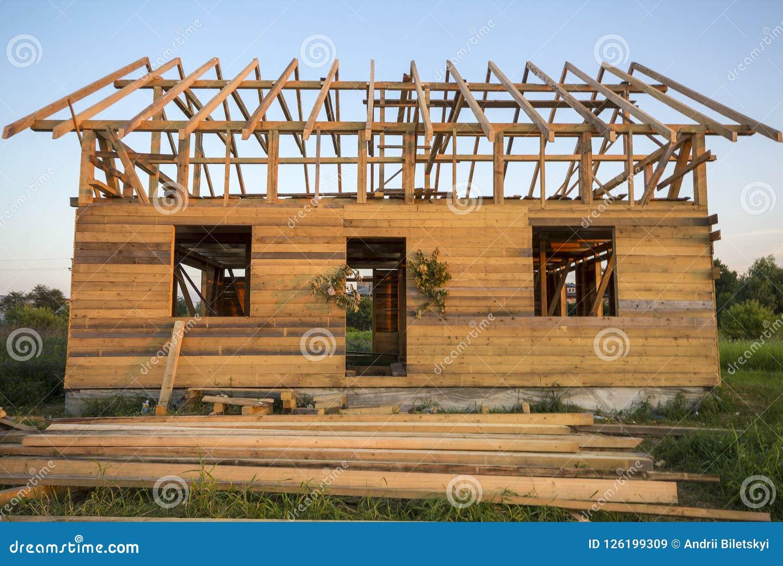 Nouveau cottage des matériaux écologiques naturels de bois de charpente sous le constru