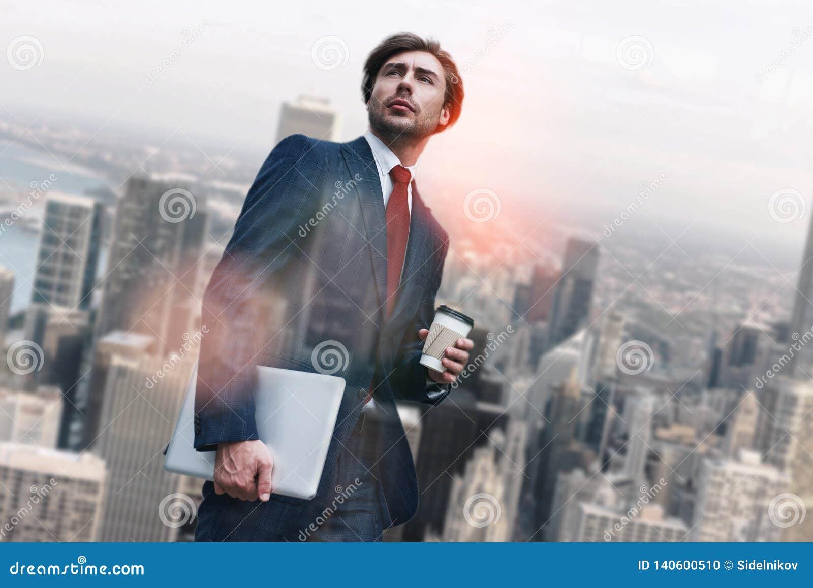 Nouveau jour ouvrable Jeunes ordinateur portable de participation d homme d affaires et tasse de café beaux tout en se tenant con