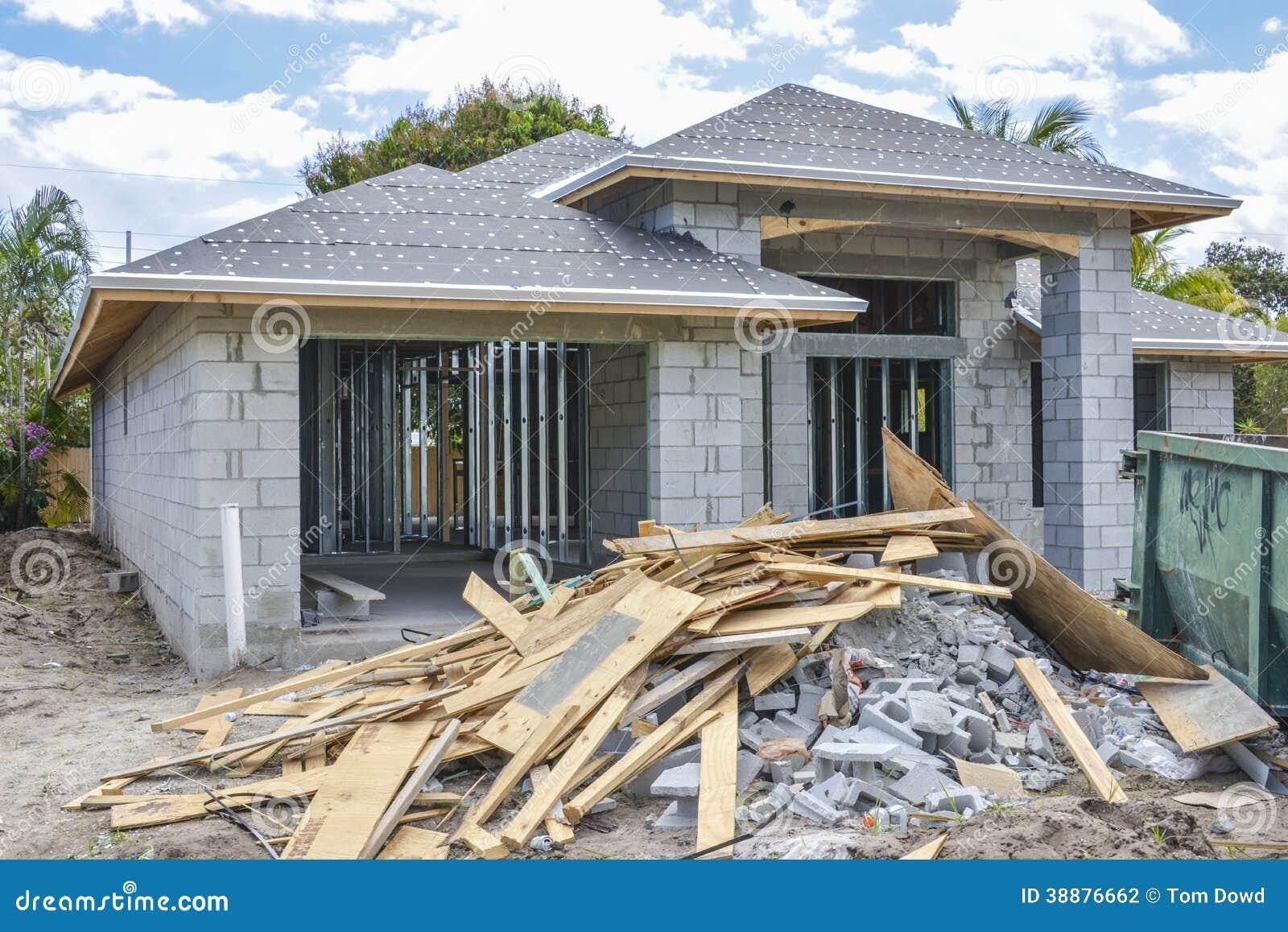 Nouveaux d bris de maison et de construction photo stock Maison et construction