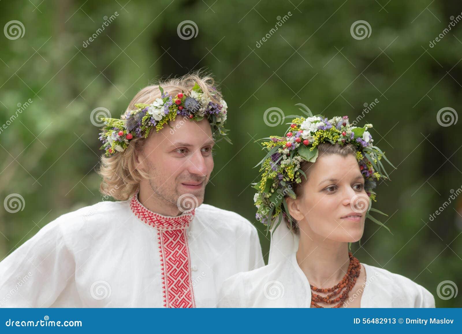 Nouveaux mariés dans la robe russe traditionnelle