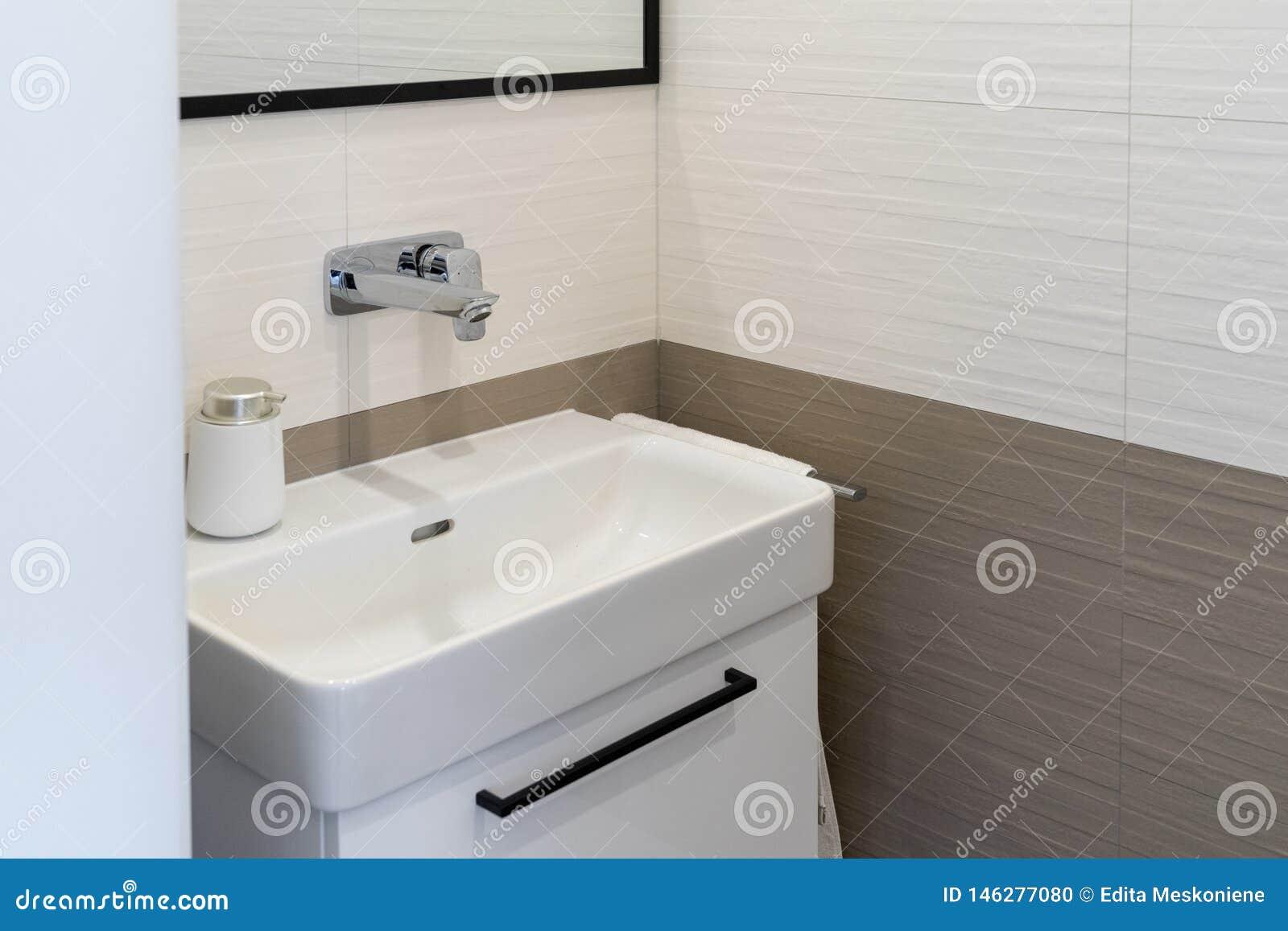Nouvel intérieur moderne de salle de bains avec l évier et le robinet d?tail