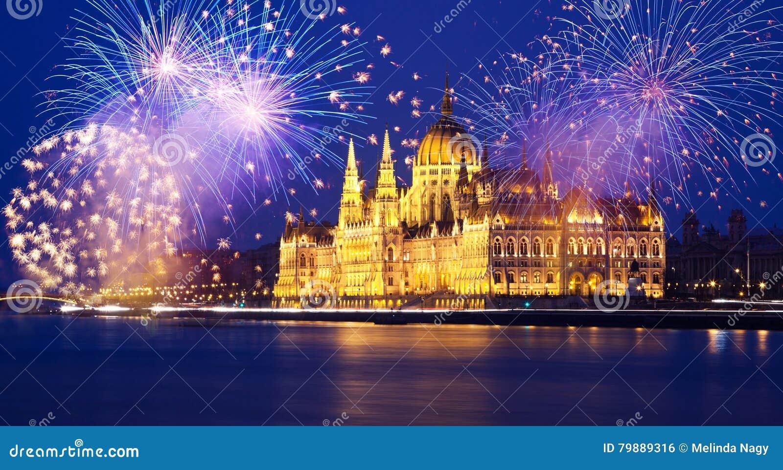 Nouvelle année dans la ville - Budapest avec des feux d artifice