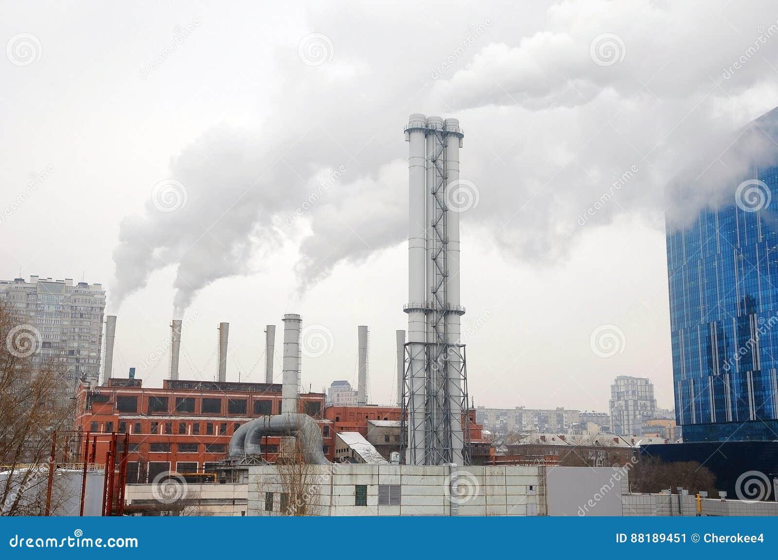 Nouvelle chaufferie métallique de gaz de tuyau sur le ciel bleu de fond le concept du progrès dans l industrie énergétique l hori