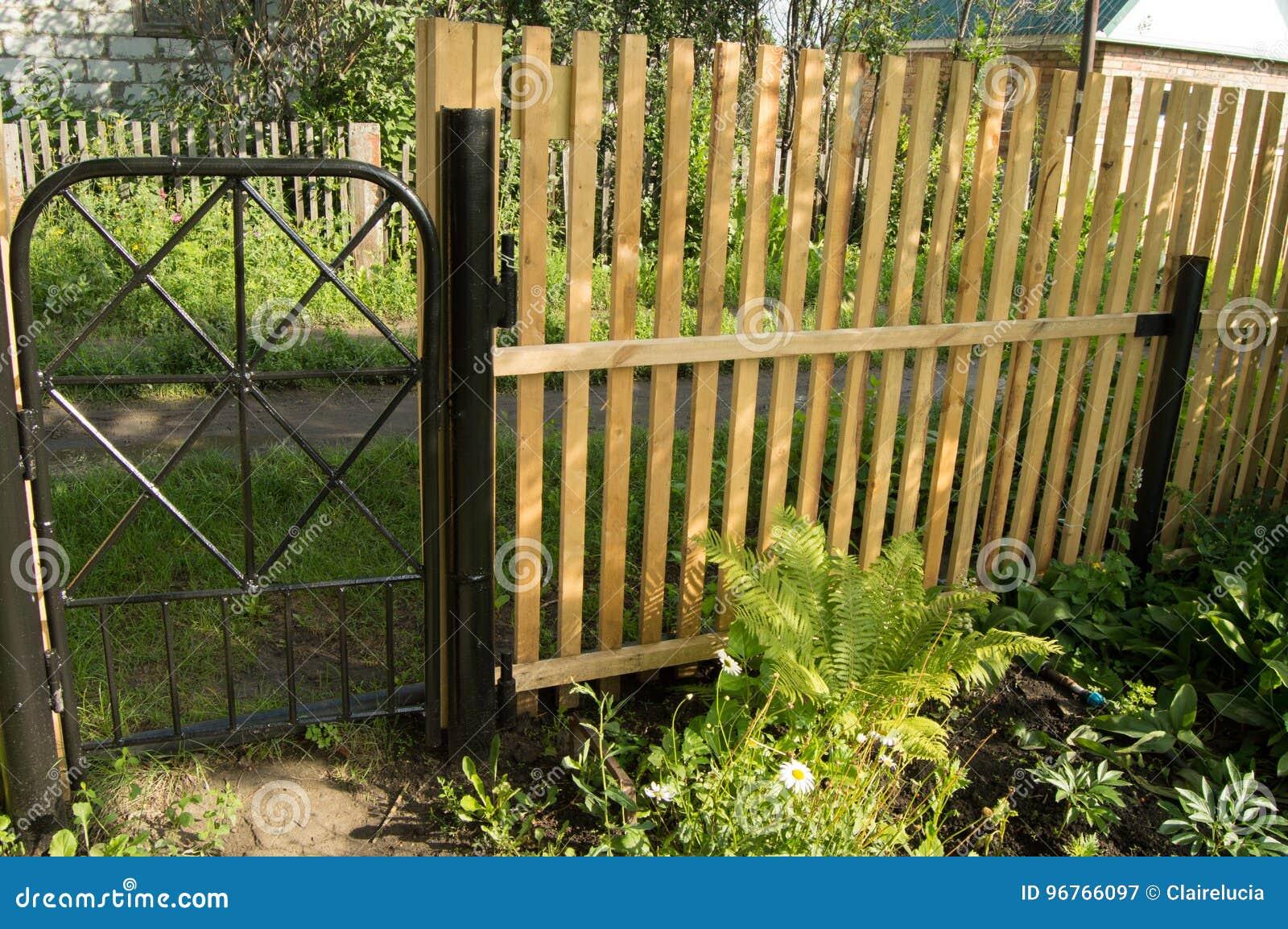 Nouvelle Clôture Et Porte Noire En Métal Pour La Protection Et ...