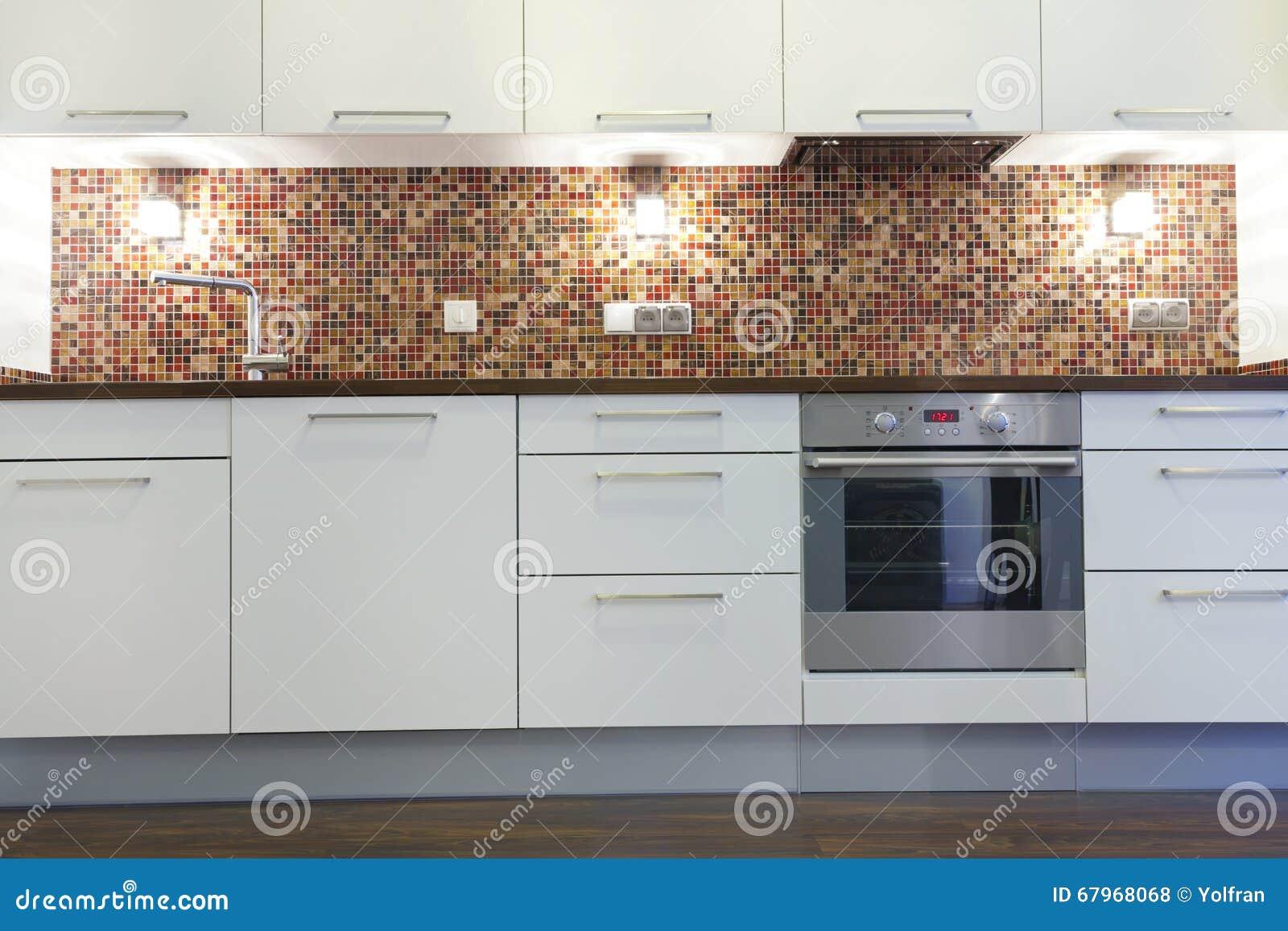 Cuisine Blanche Mur Coloré nouvelle cuisine blanche avec les appareils inoxydables, mur