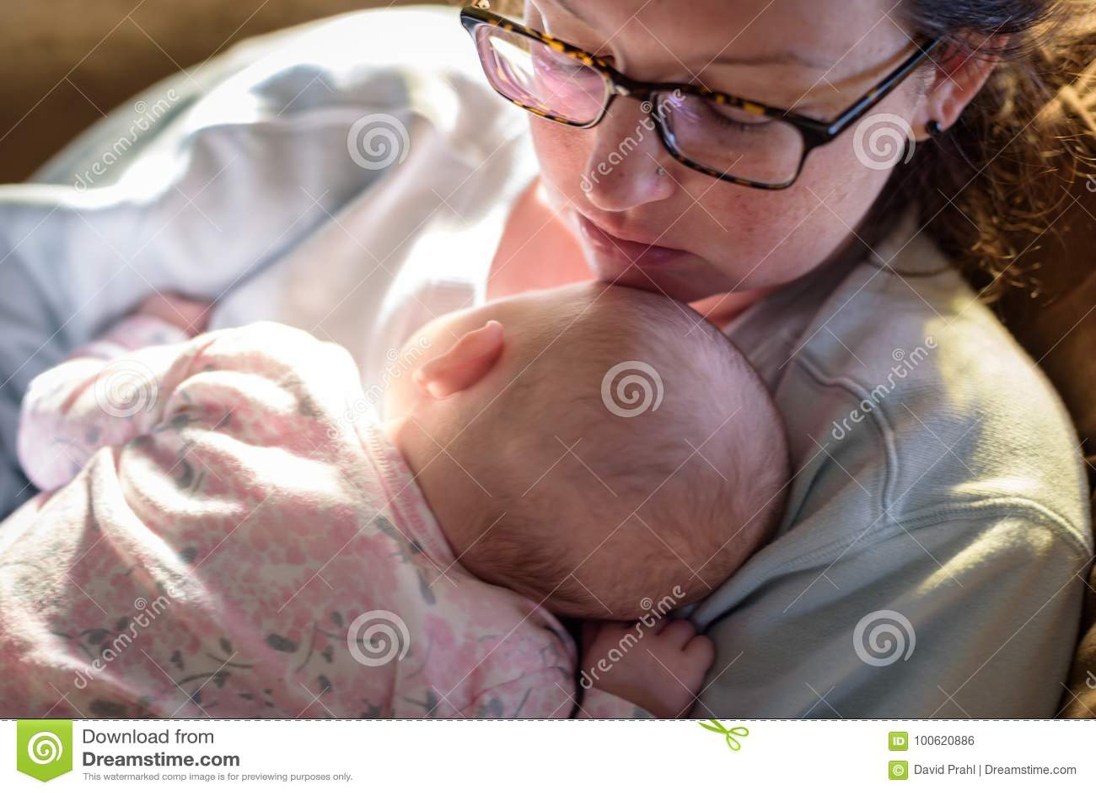 Nouvelle mère et bébé à la maison dormant