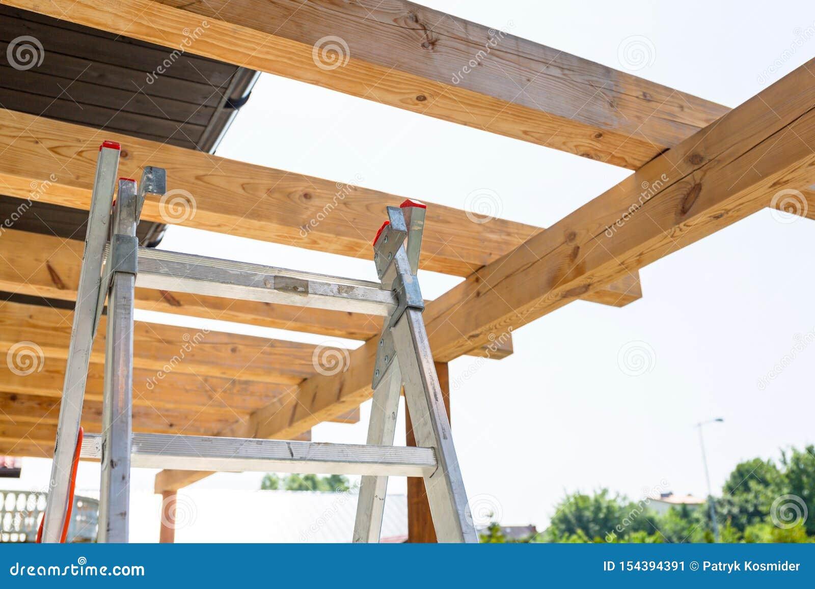 Nouvelle terrasse en bois de toit dans le jardin