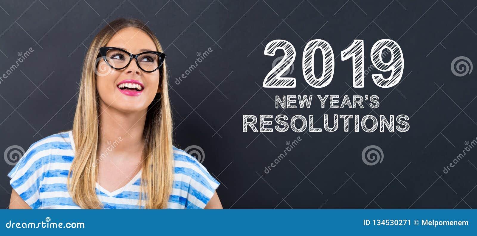 2019 nouvelles années de résolutions avec la jeune femme heureuse