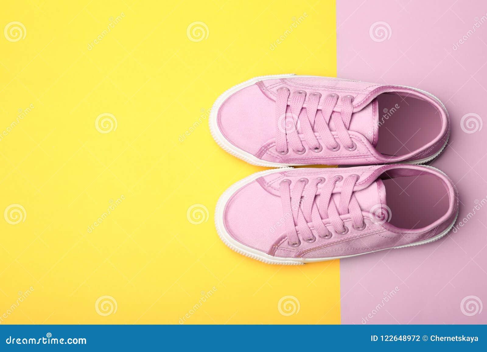 Nouvelles chaussures élégantes sur le fond de couleur