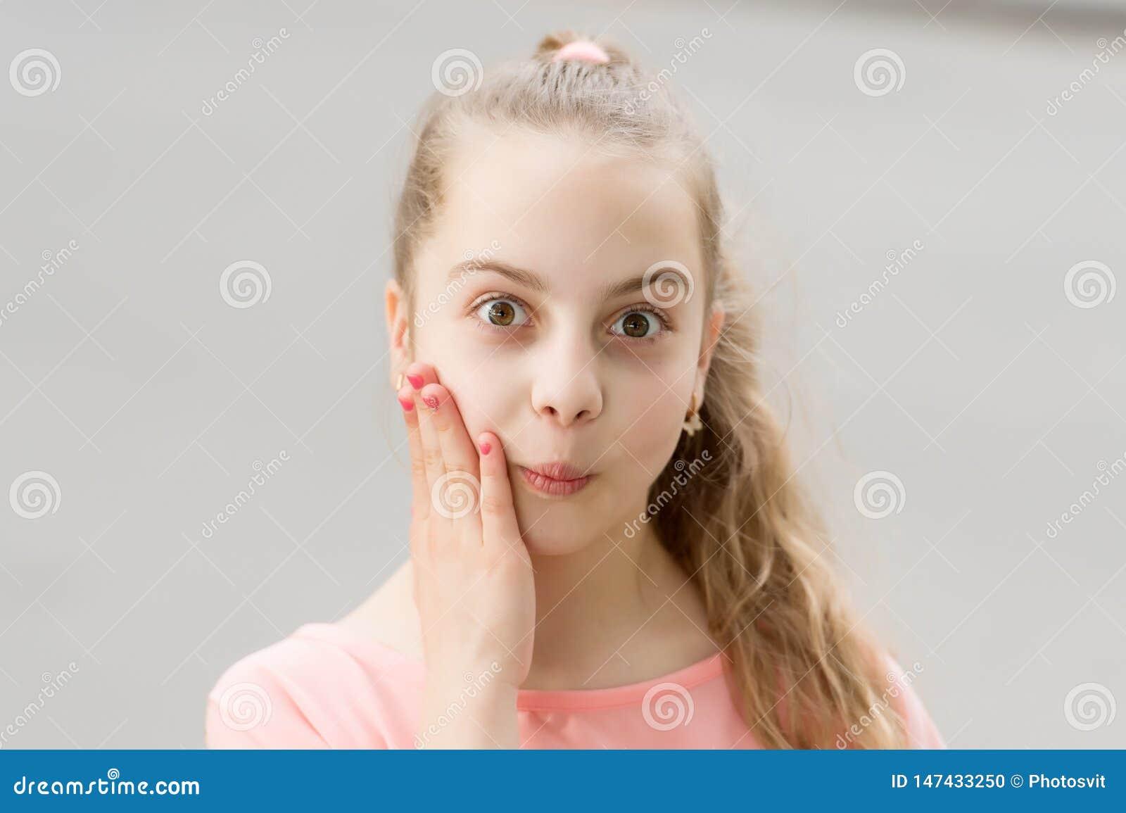Nouvelles choquantes de wow Enfant insouciant de fille Longue marche de cheveux d enfant Vacances d ?t? Peu enfant appr?cient la