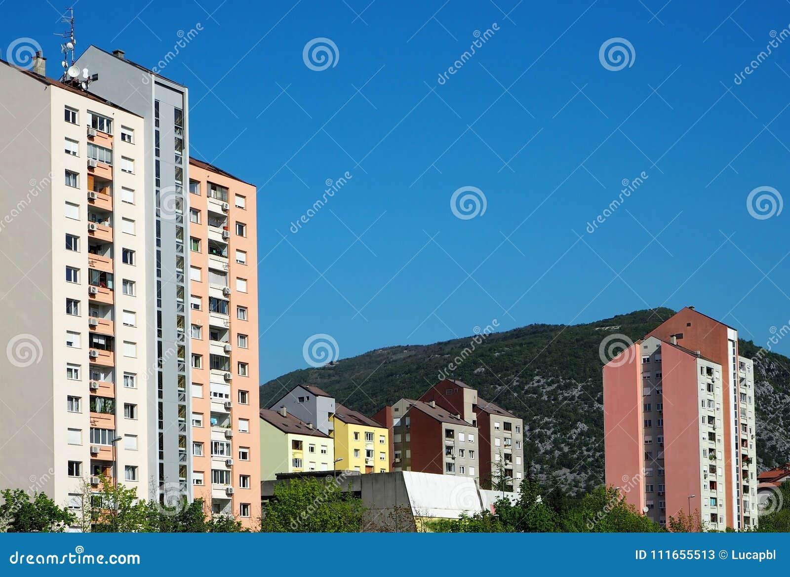 Nova Gorica, Slovenië De heldere kleurrijke gebouwen maakten omhoog in de socialistische stijl van de modernismearchitectuur