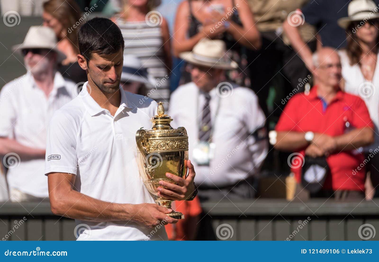 Novac Djokovic, giocatore serbo, vince Wimbledon per la quarta volta Nella foto tiene il trofeo sulla corte del centro