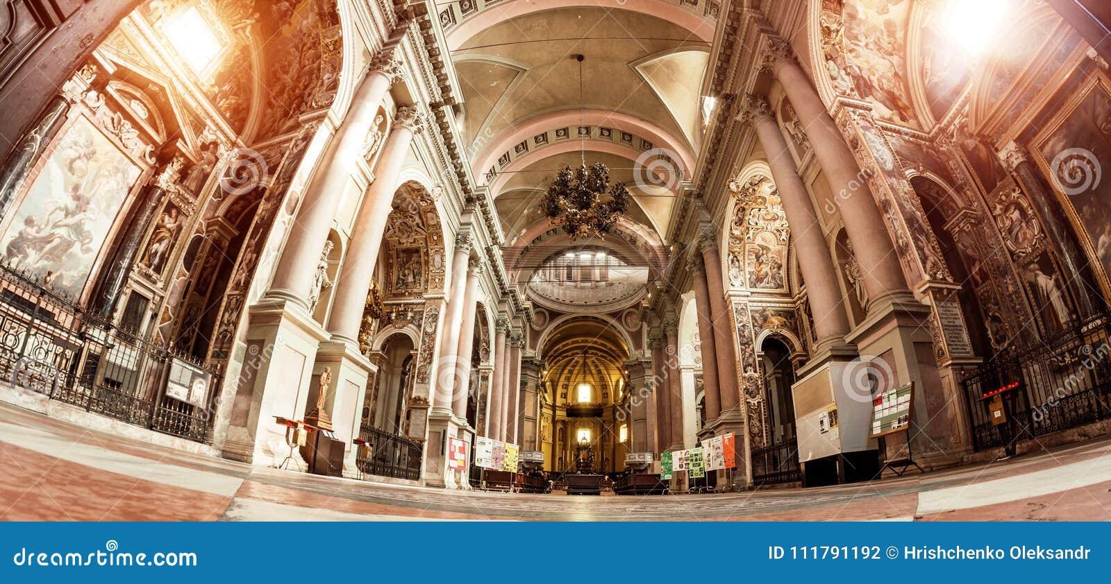 Novara, Italien - 17. Oktober 2016: Alte Paläste und Basilikahaube St. Gaudenzio, Novara, Piemont, Italien Ansicht nach innen Es