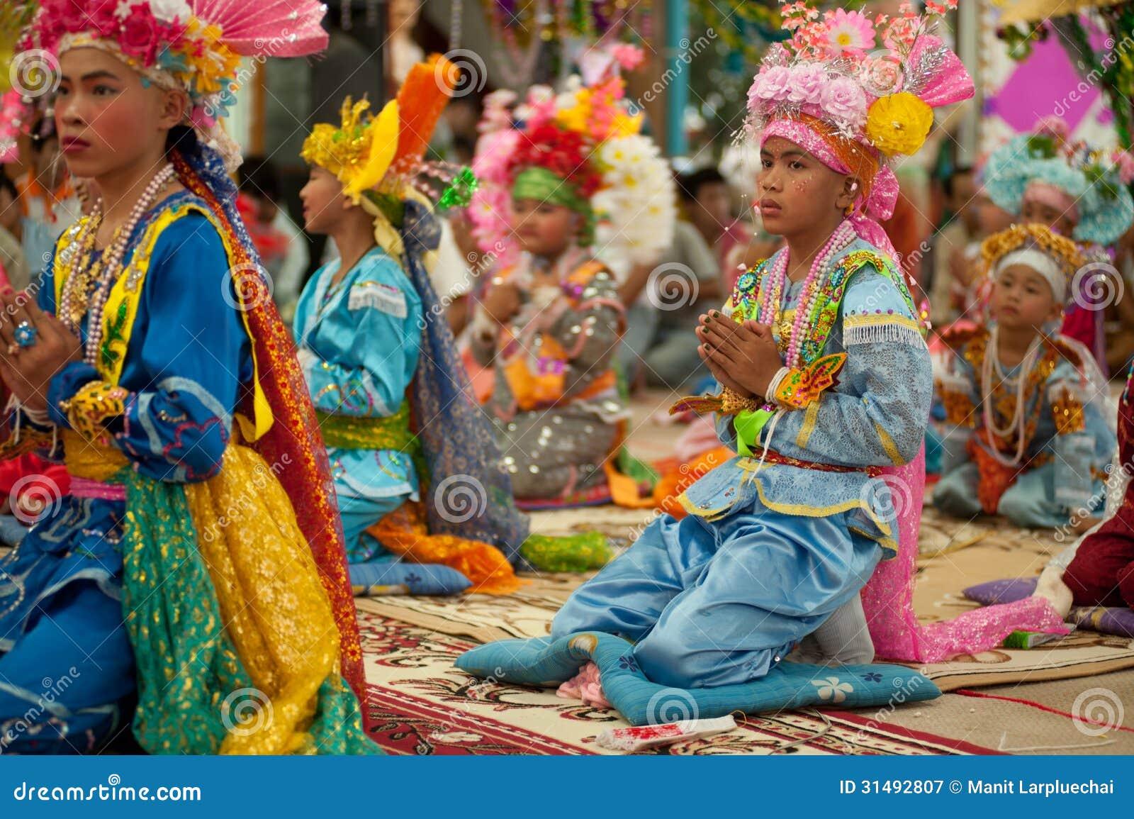 Novato en festival Poy-Cantar-largo en septentrional de Tailandia.