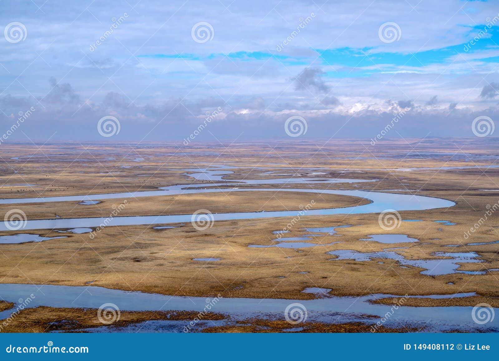 Nove voltas e dezoito curvaturas do rio de Kaidu em Bayanbulak na mola