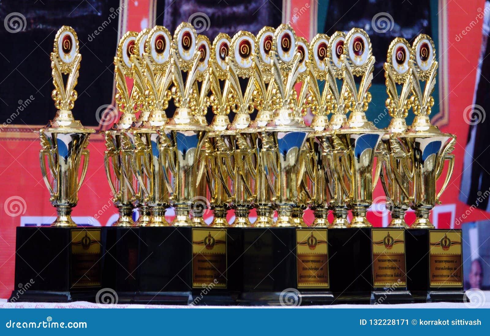 18-november-2018 LATKABANG THAILAND guld- trofé Förbered sig för den begåvade personen och segra jobbet