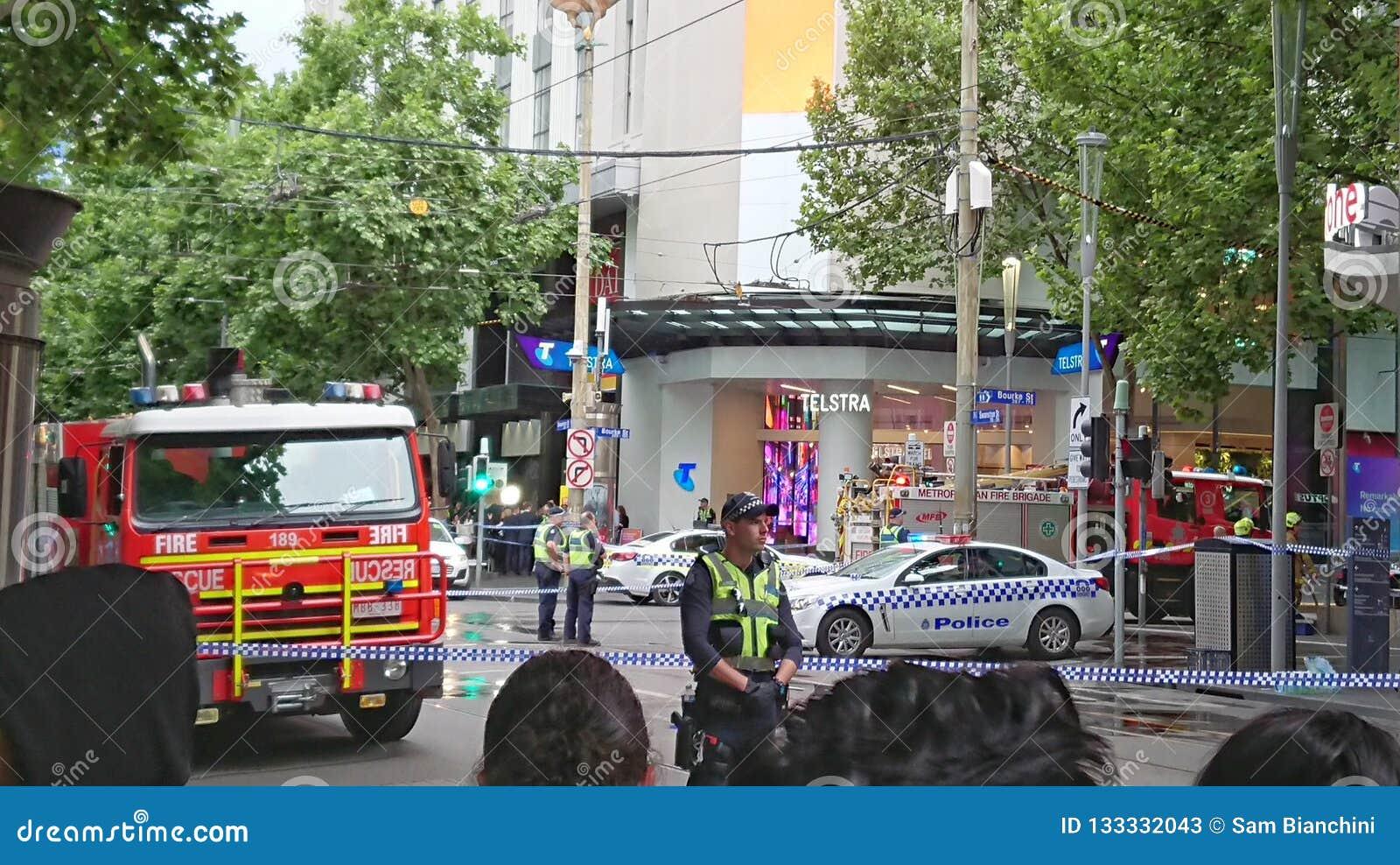 9 november 2018 - Melbourne, Australië: De menigte kijkt naar geblokkeerd van politiescène in Melbourne CBD