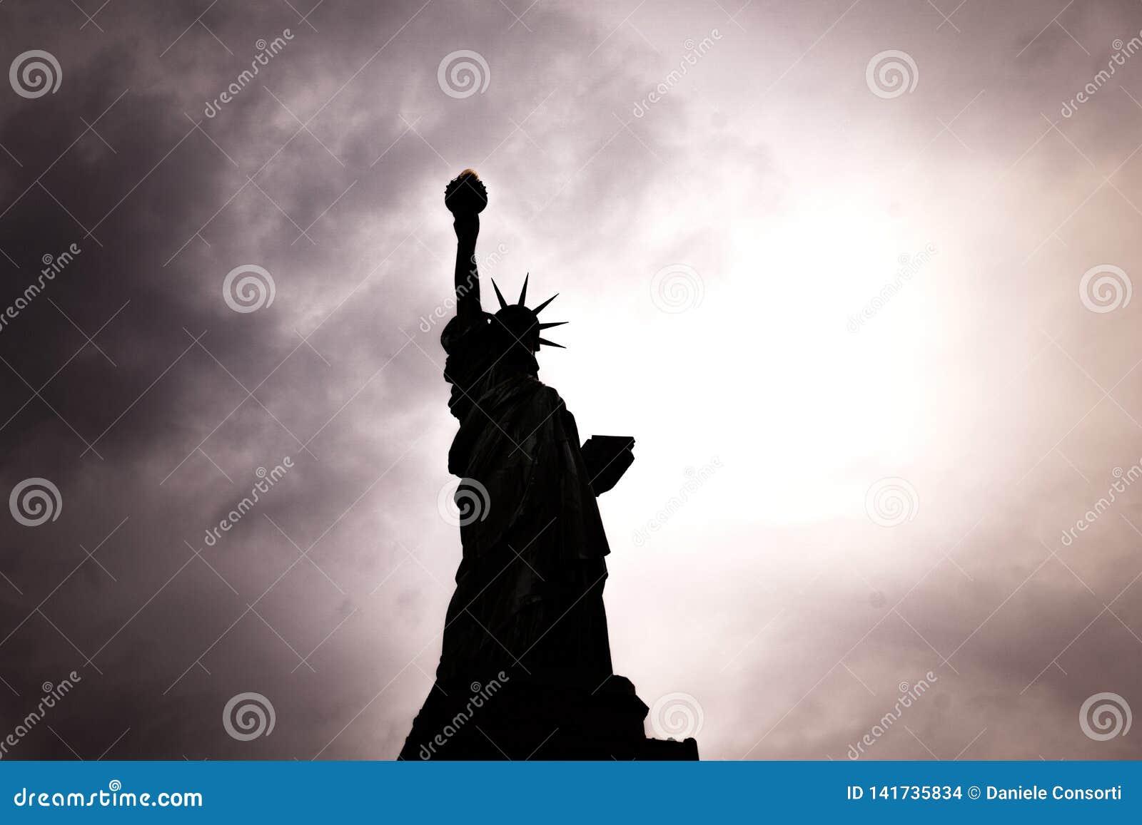 Novembre 2018 - vue de contre-jour de statue américaine de symbole de silhouette de liberté à New York, Etats-Unis