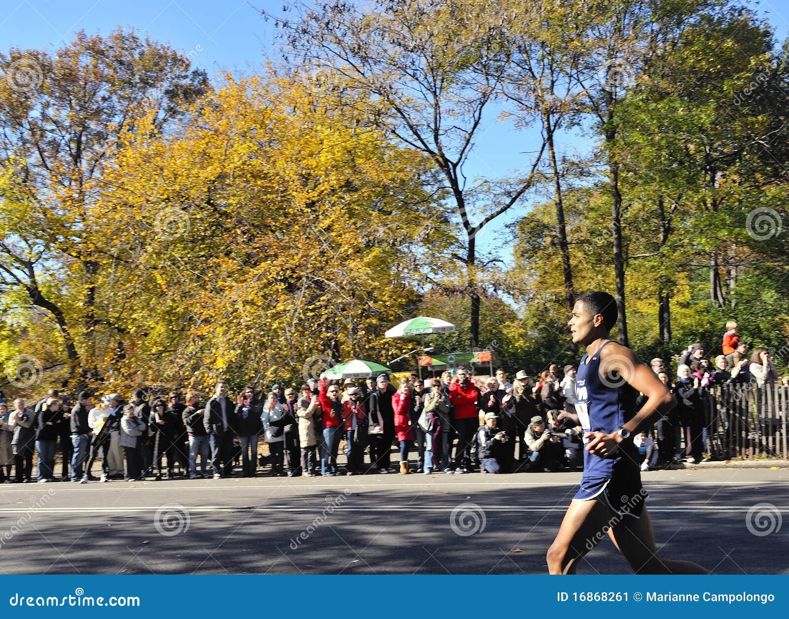 Novembro 7: Maratona 2010 do corredor NYC dos elogios NYPD da multidão