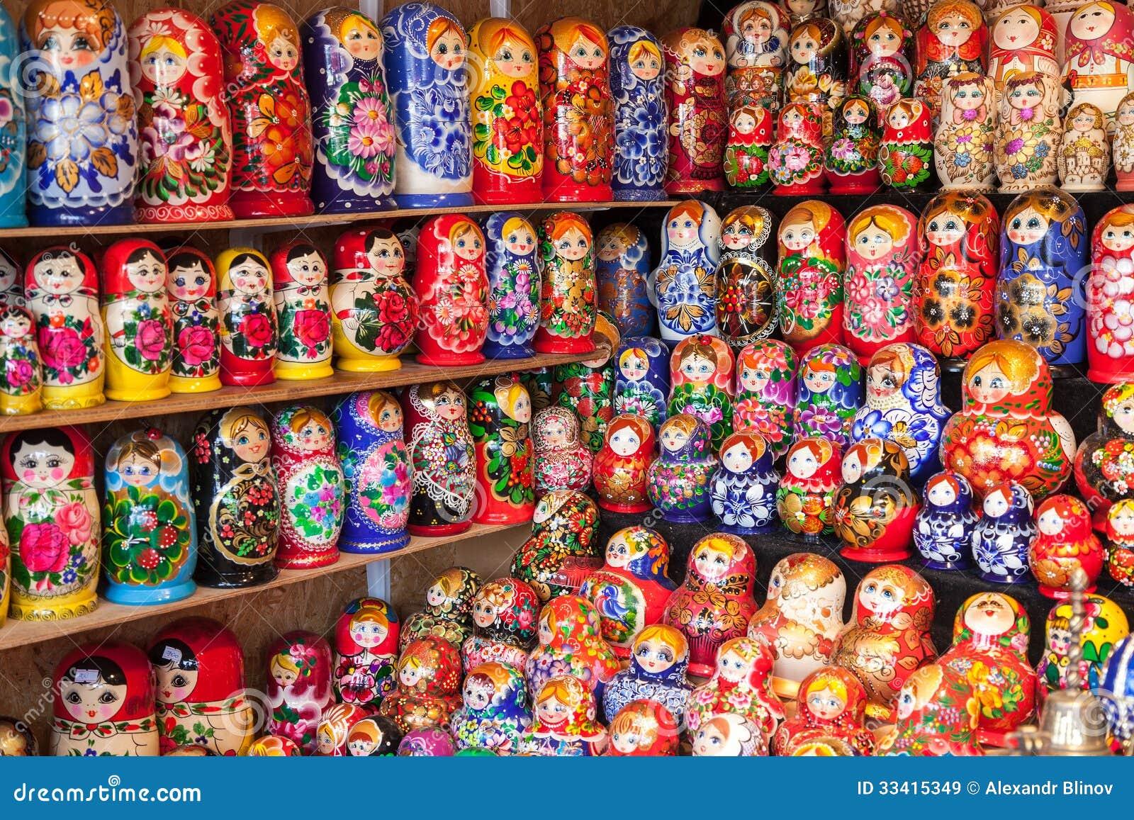 NOVGOROD - 10 AGOSTO: Selezione molto grande dei matryoshkas Russia