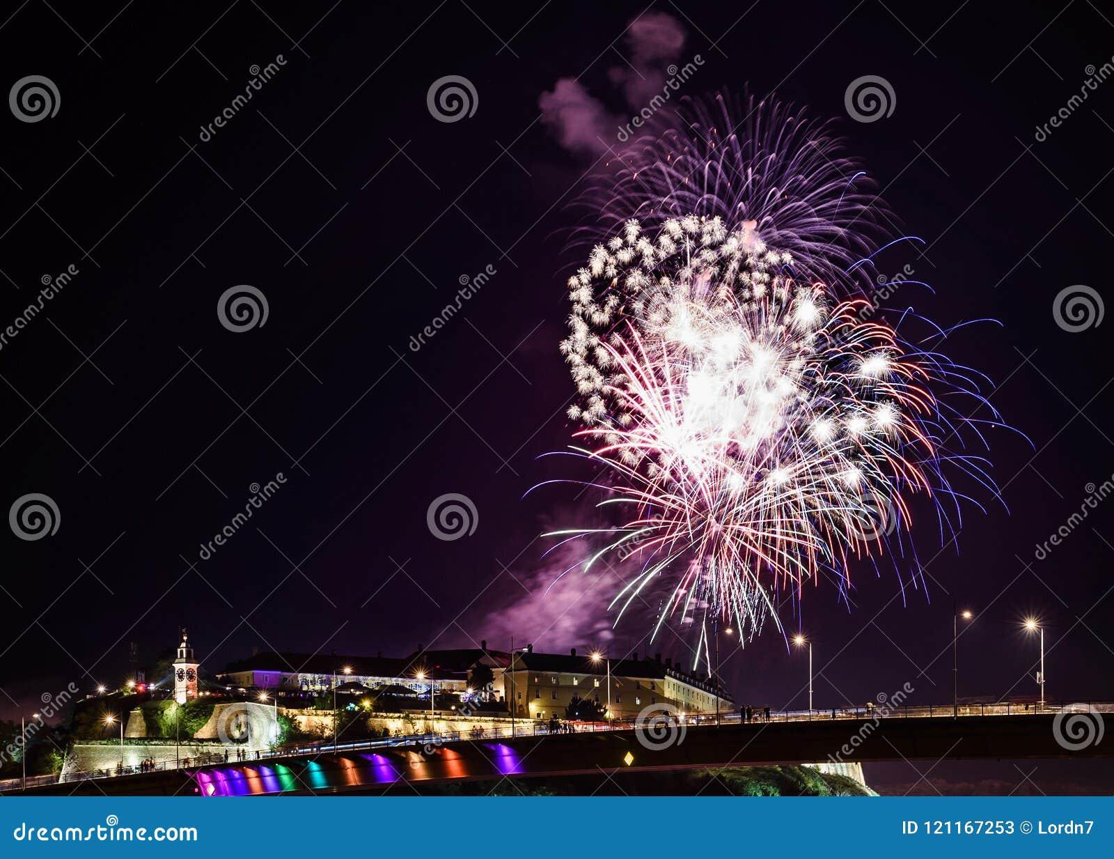 Novi Sad /Serbia - 12 de julho de 2018: Fogos-de-artifício na noite da inauguração do festival de música da saída