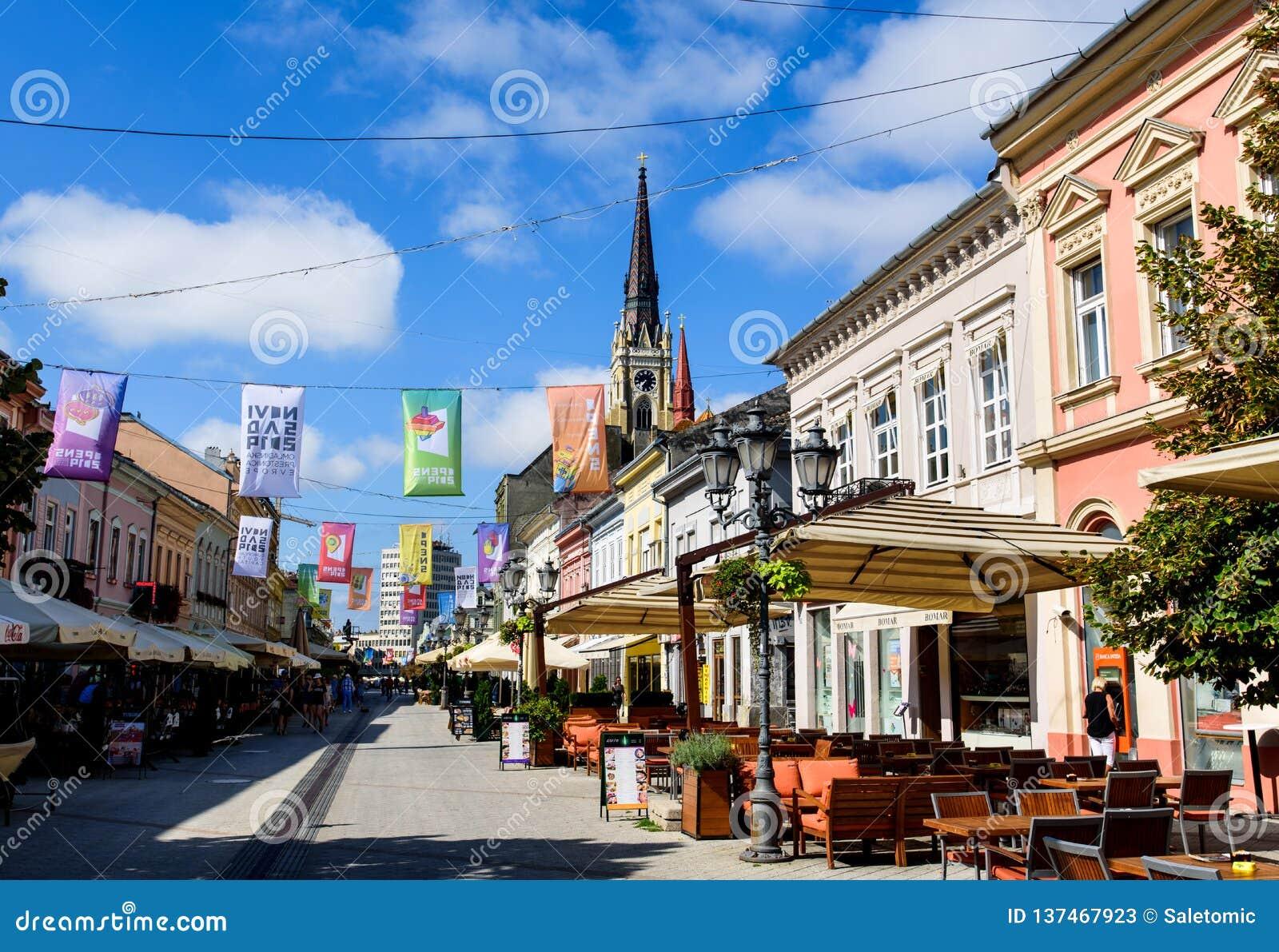 Novi Sad Serbia, Sierpień, - 15, 2018: Novi Sad zwyczajny chodzący teren przy centralne miasto kwadratem na słonecznym dniu
