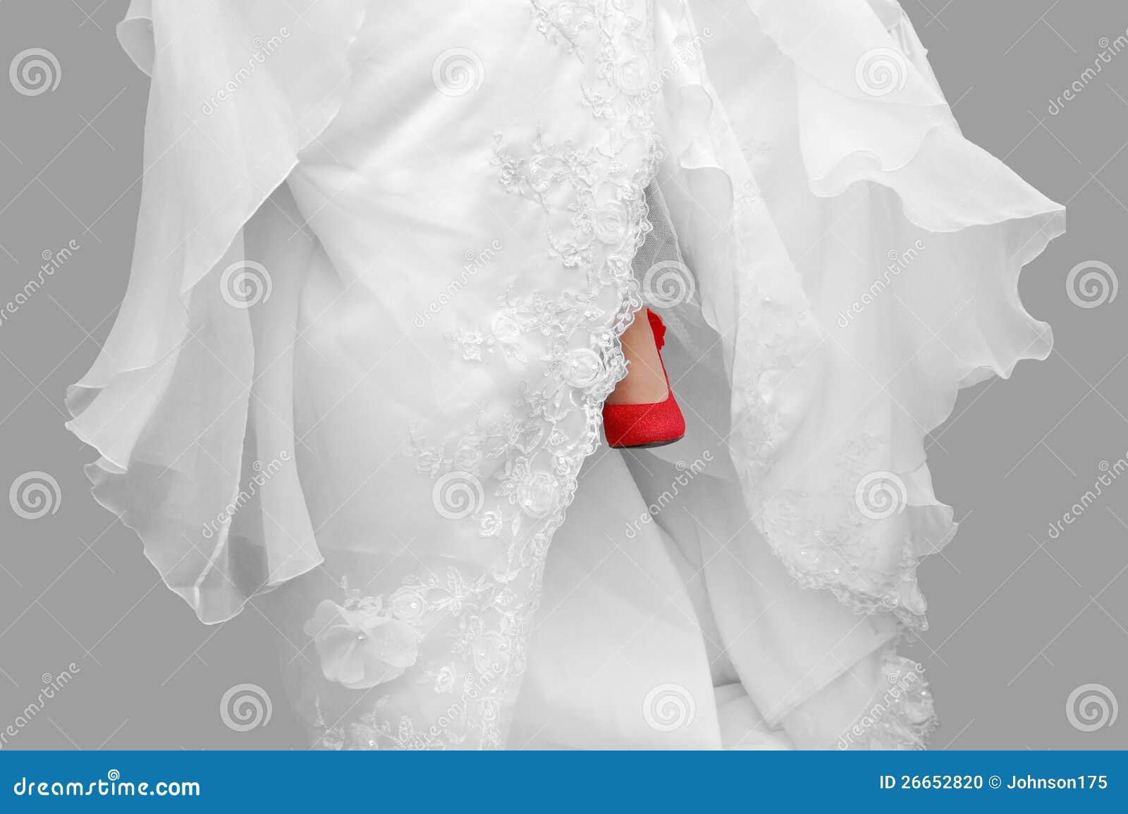 Vestidos de novia con zapatos rojos