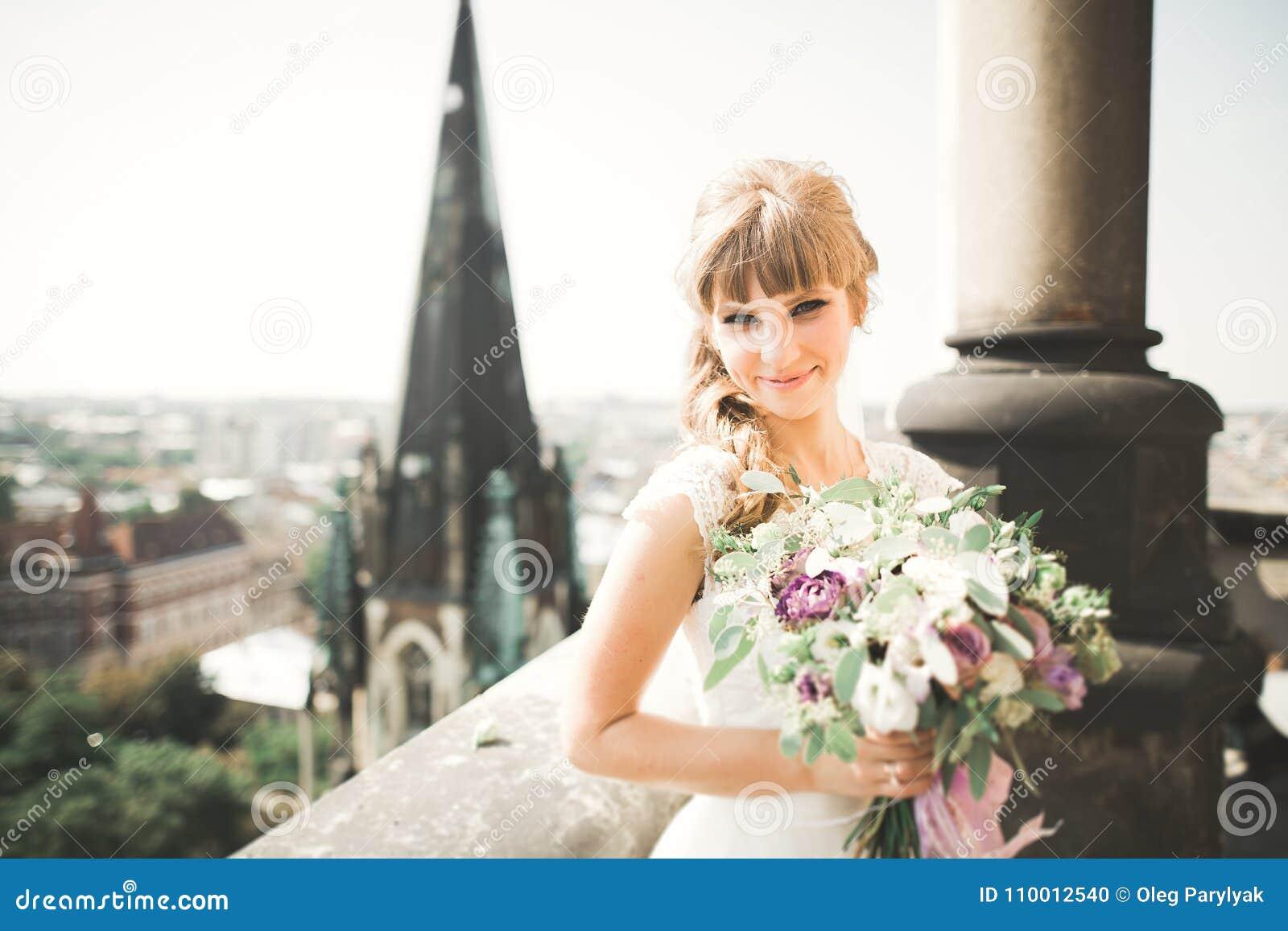 2f6d723eab Novia De Lujo Hermosa En El Balcón Con Paisaje Perfecto Foto de ...