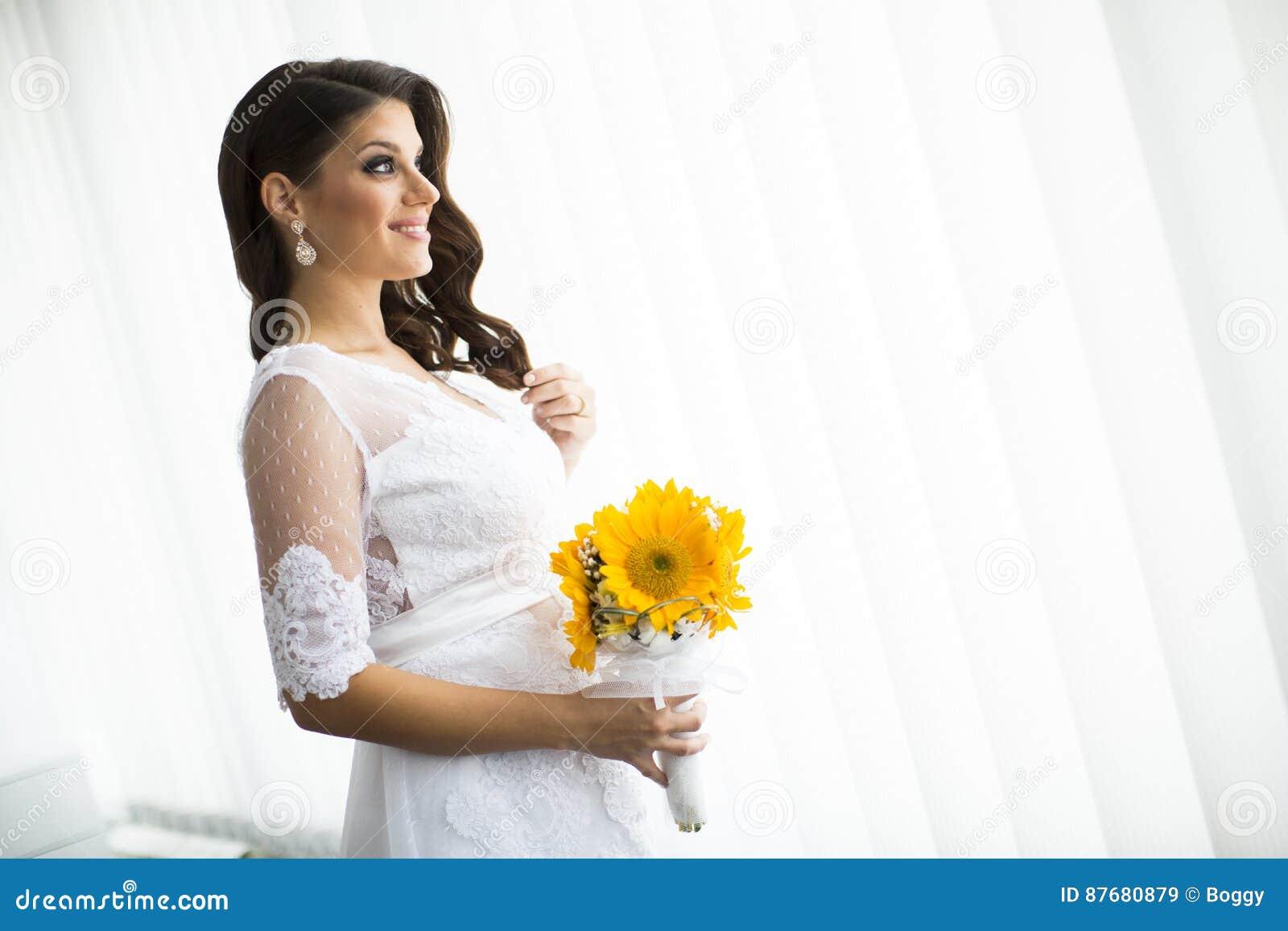 81e269066 Novia Embarazada Con Un Ramo De Girasoles Imagen de archivo - Imagen ...