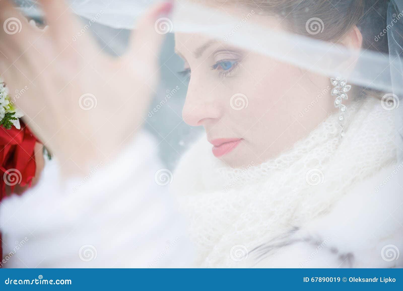 Novia hermosa con el ramo grande de la boda