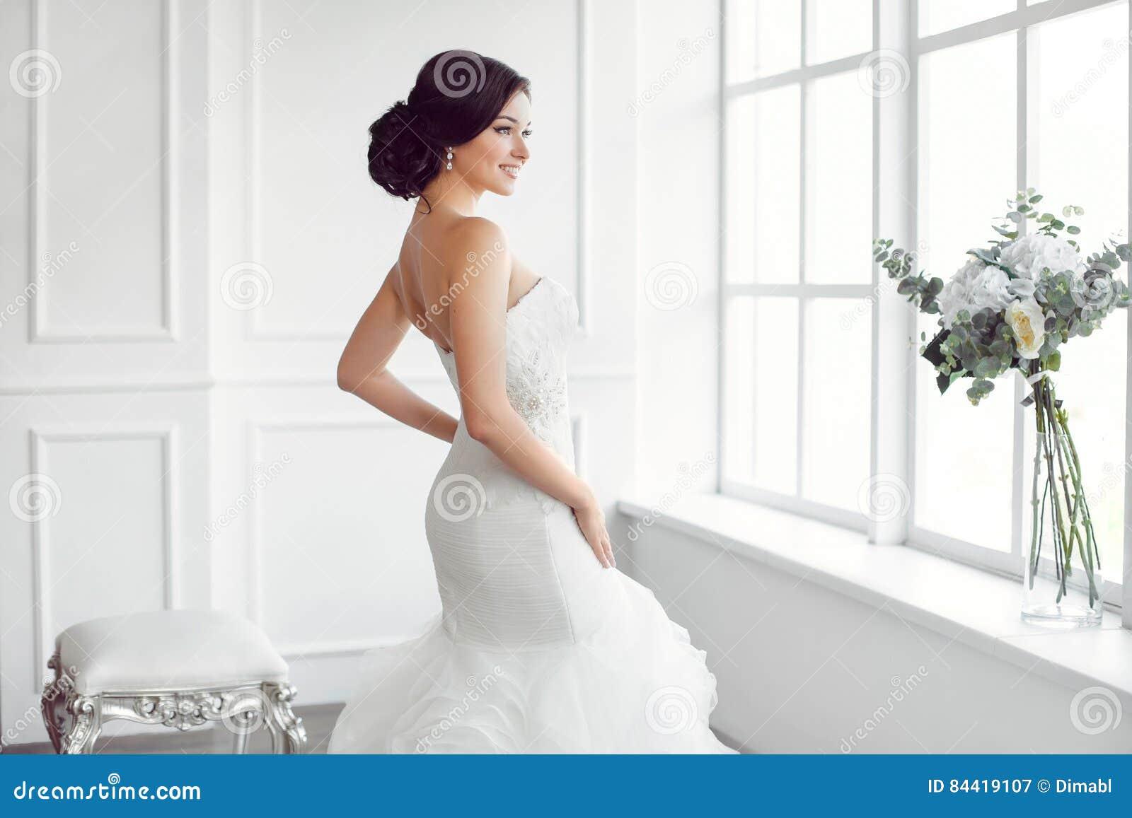 Novia hermosa Concepto de lujo del vestido de la moda del maquillaje del peinado de la boda