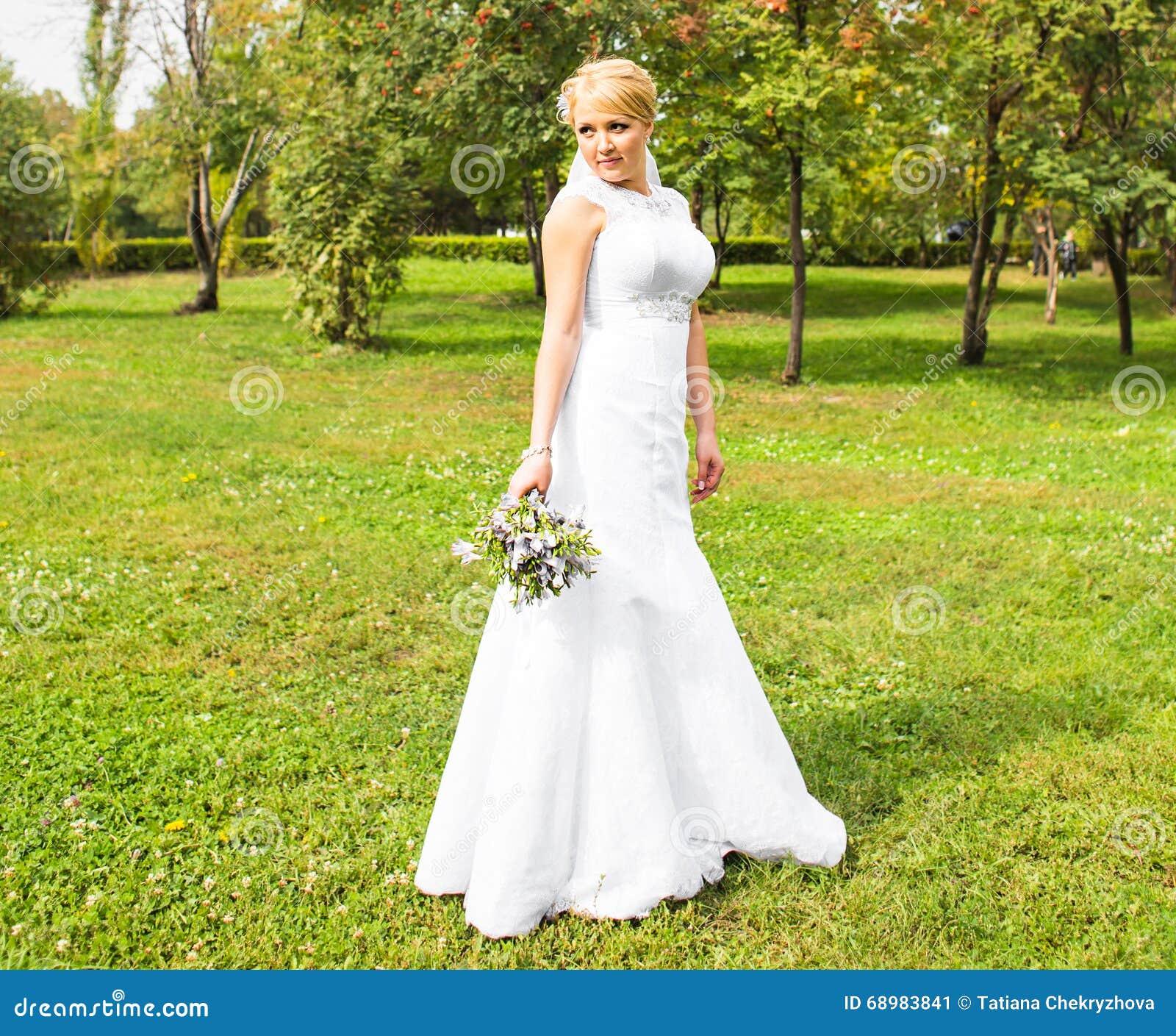 Novia hermosa que presenta en su día de boda
