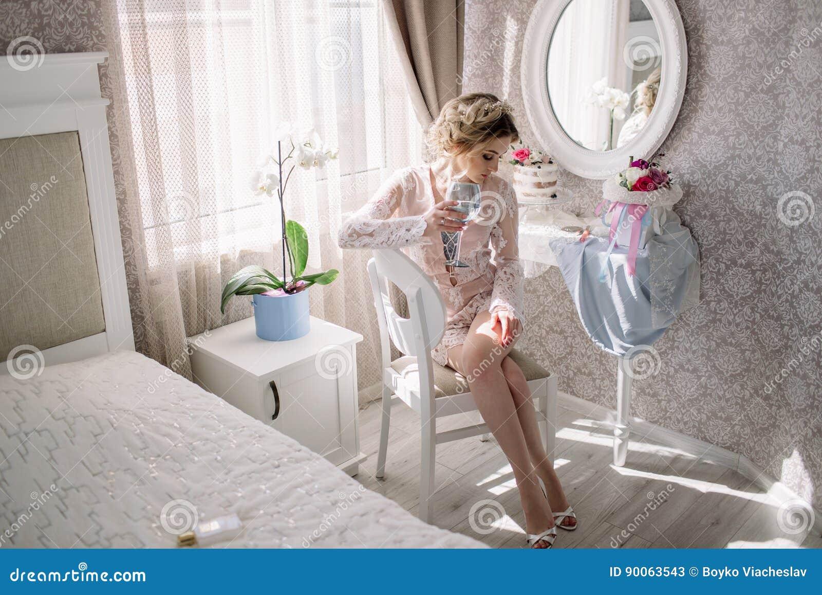 Novia joven en un gabinete de señora lujoso