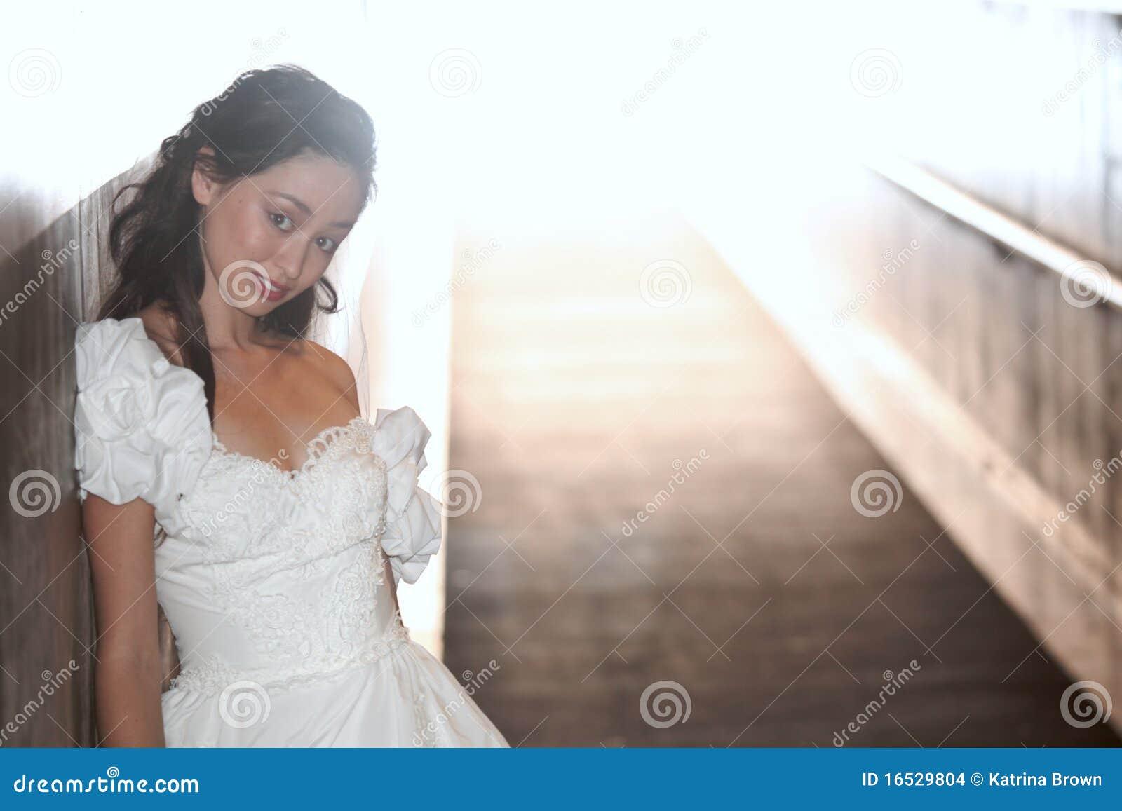Novia joven hermosa en su día de boda