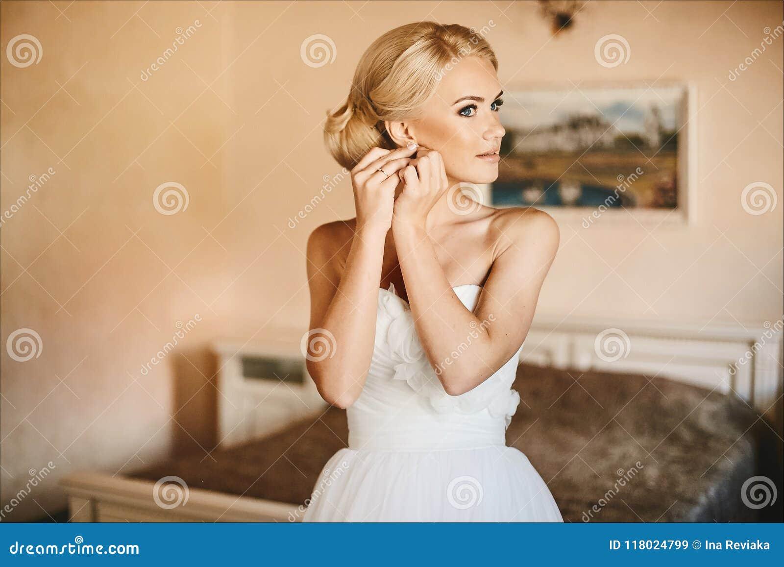 d887696fd92a Novia Joven Hermosa Y De Moda, Muchacha Modelo Rubia Atractiva Con ...