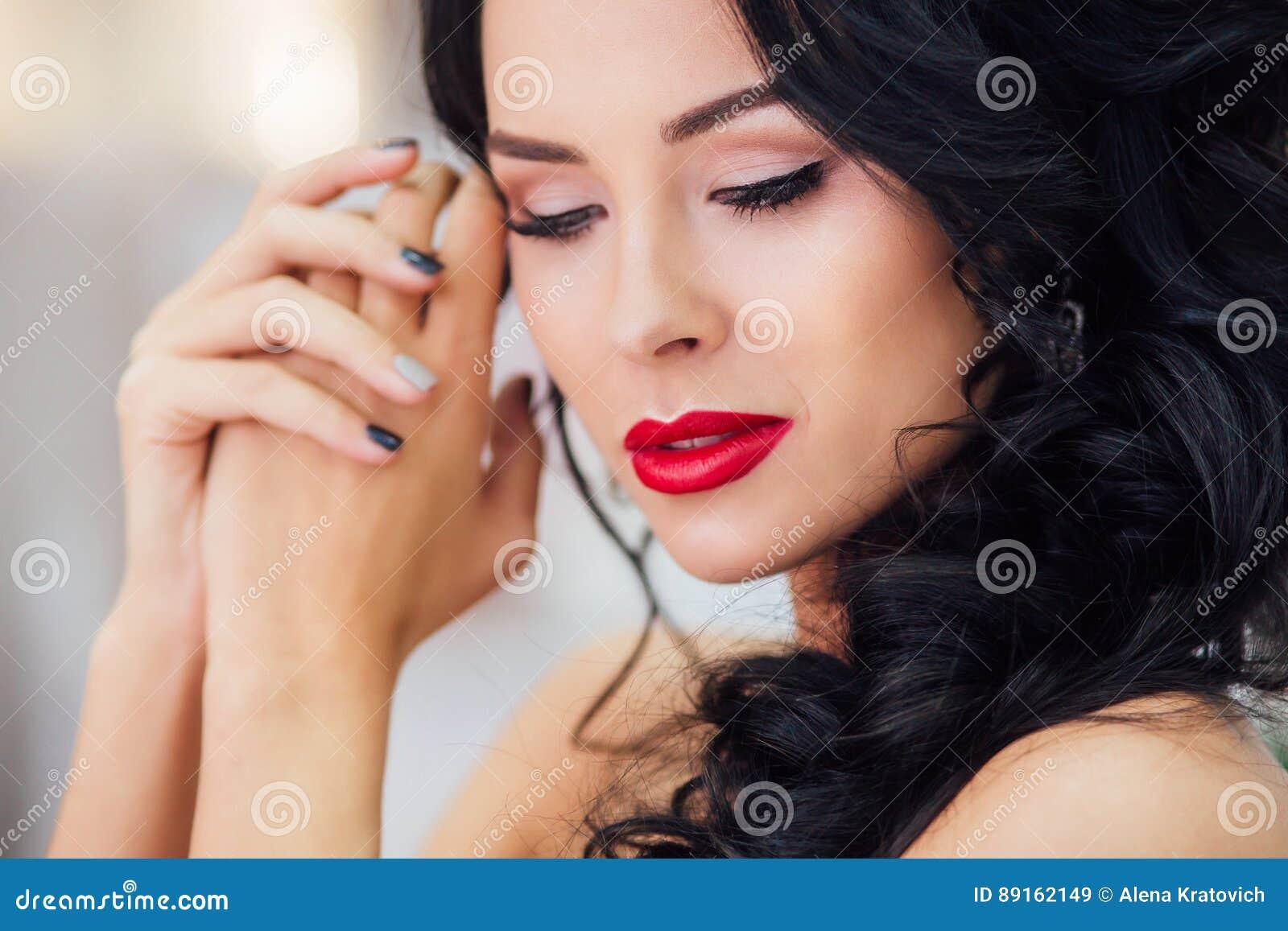 Vestidos de novia con labios rojos
