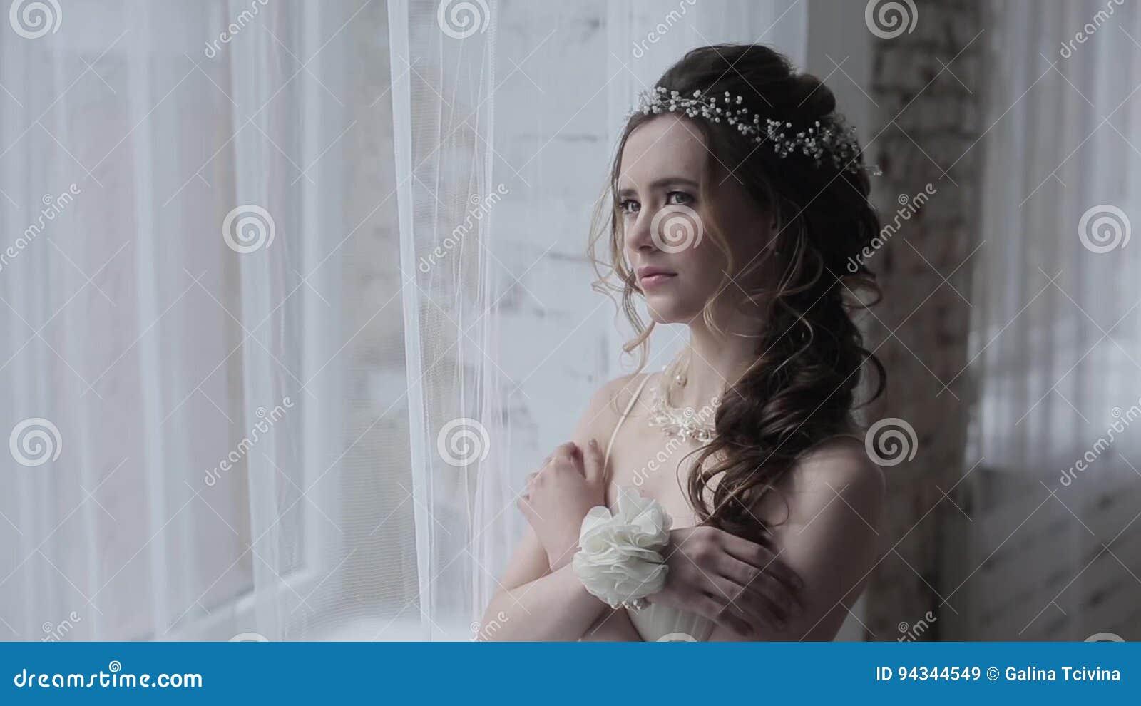 Novia Morena En El Vestido De Boda Blanco De La Moda Con Maquillaje ...