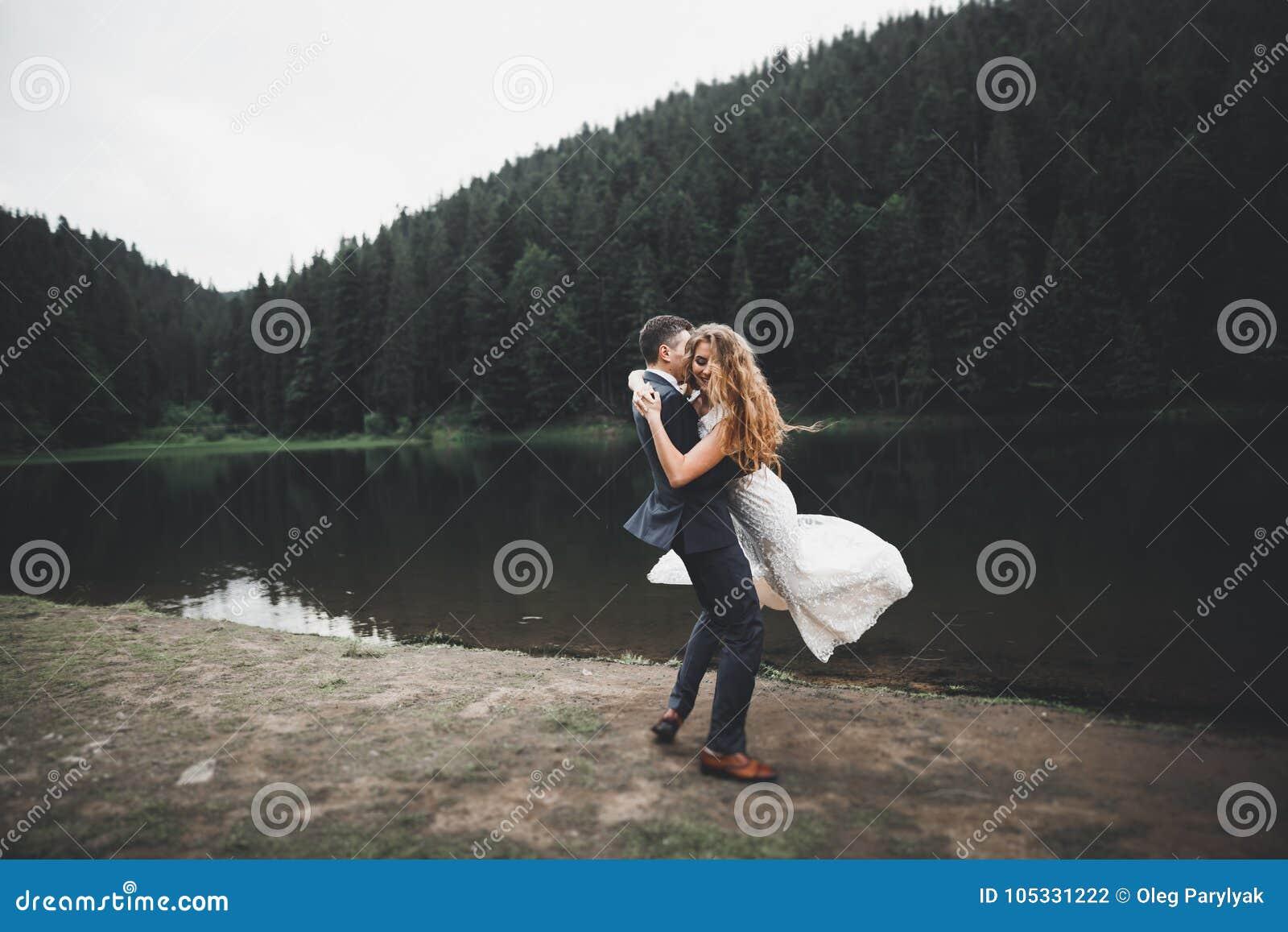 Novia perfecta de los pares, novio que presenta y que se besa en su día de boda