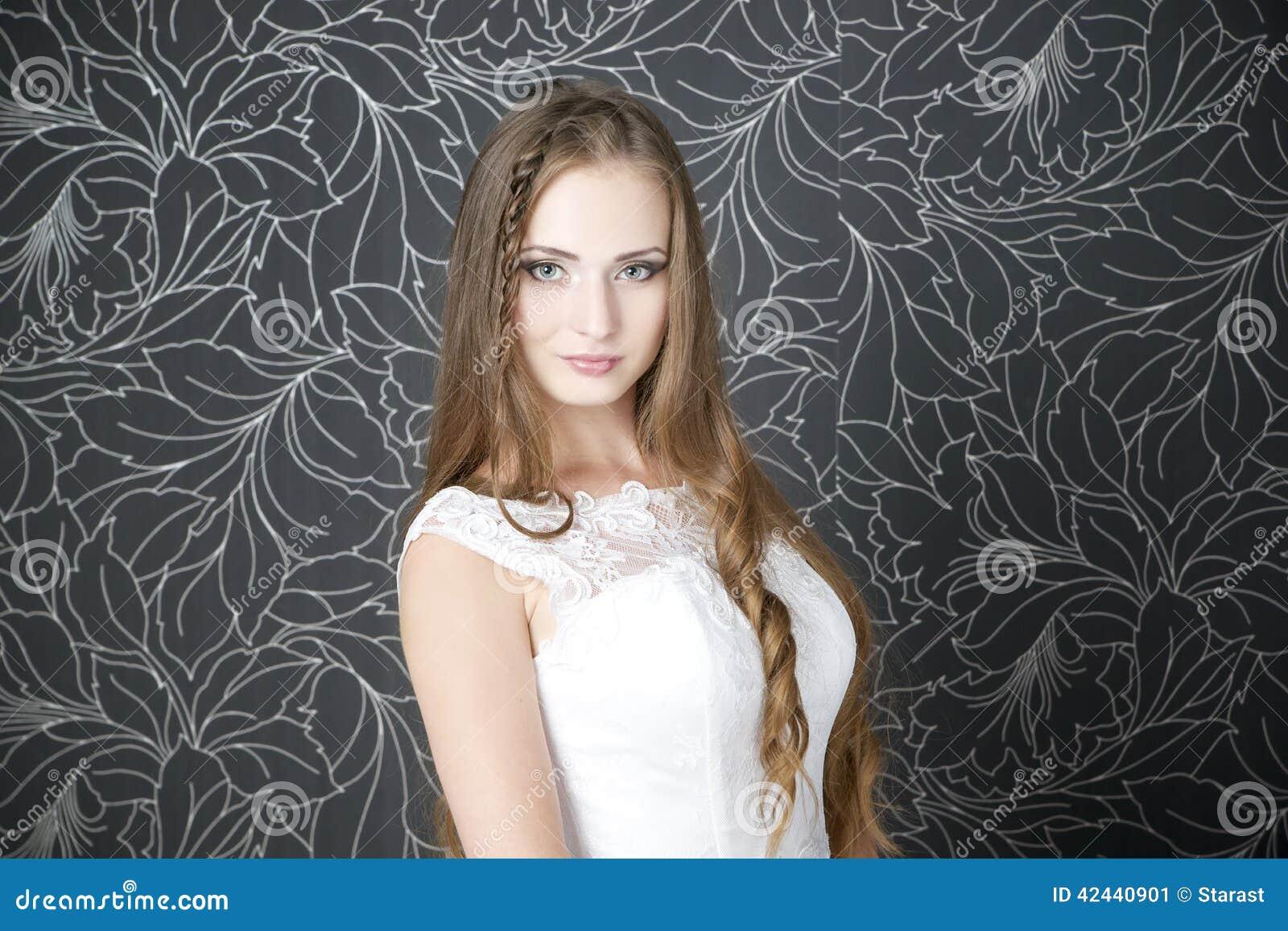 Novia profesional del peinado del maquillaje